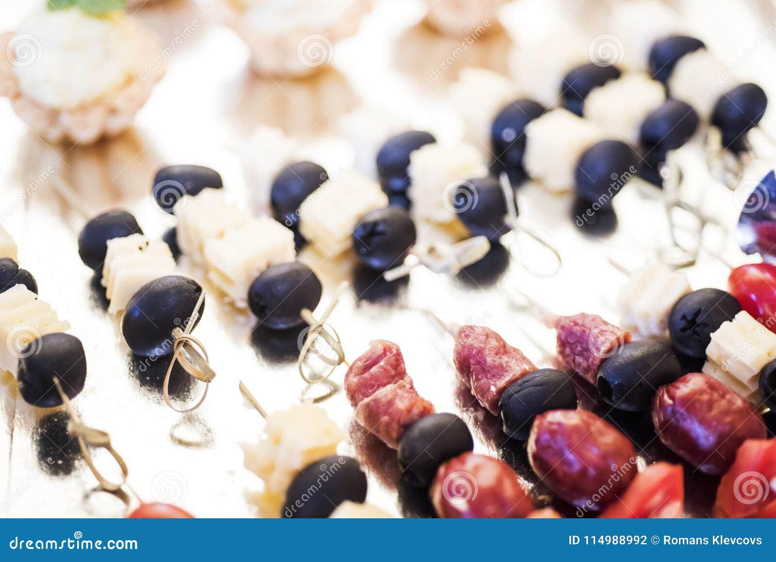 De zomerdessert van vruchten en bessen wordt gemaakt die