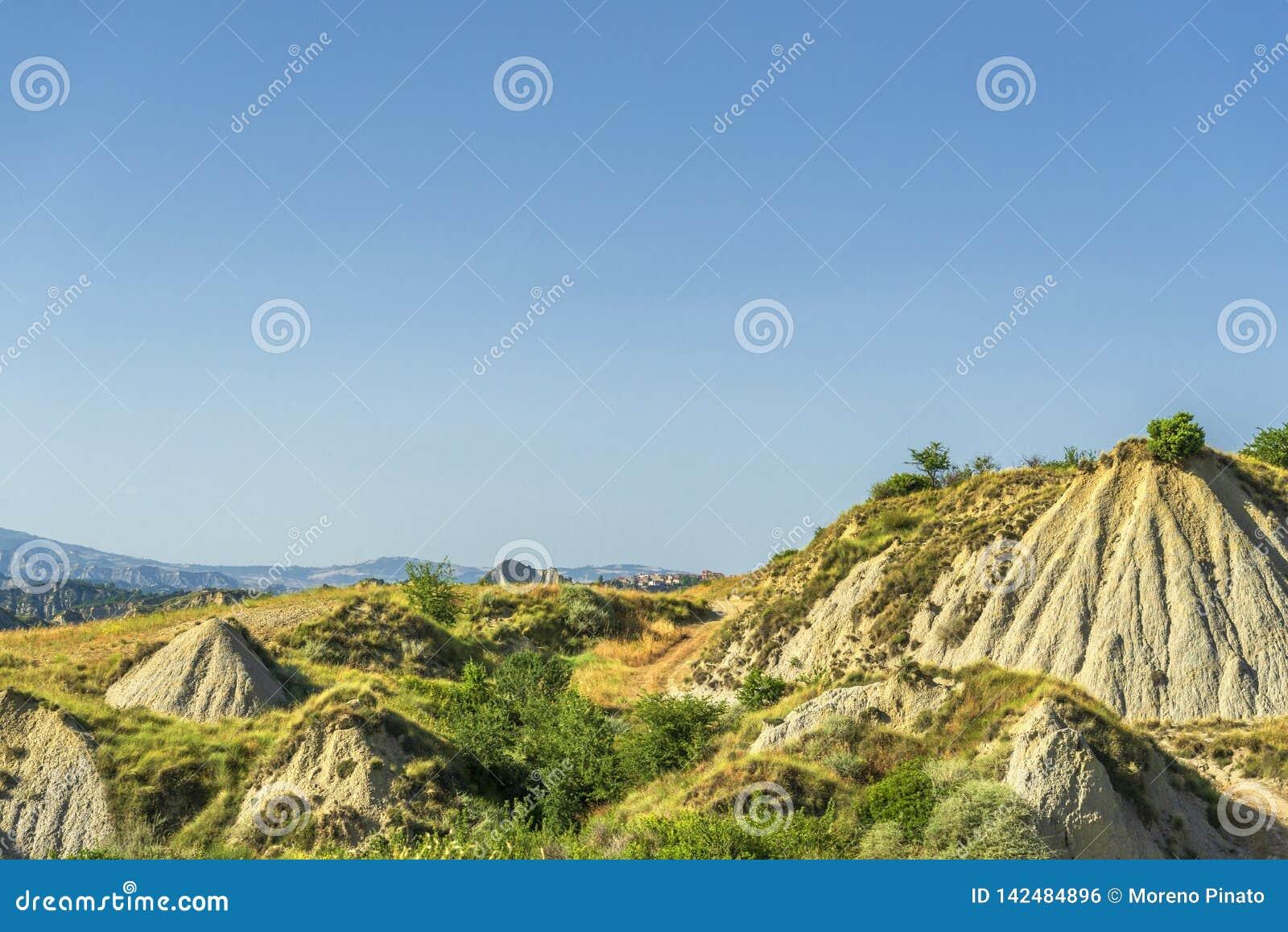 De zomerlandschap over het nationale park van Aliano badlands in Val D 'Agri, Basilicata