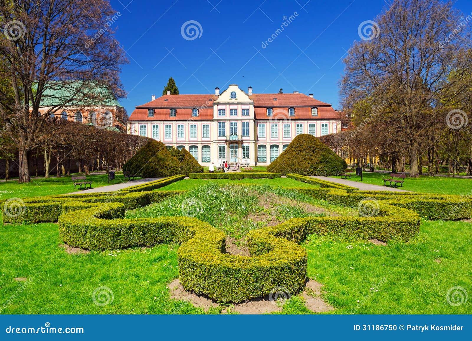 De zomerlandschap van Abbots-Paleis in Gdansk Oliwa