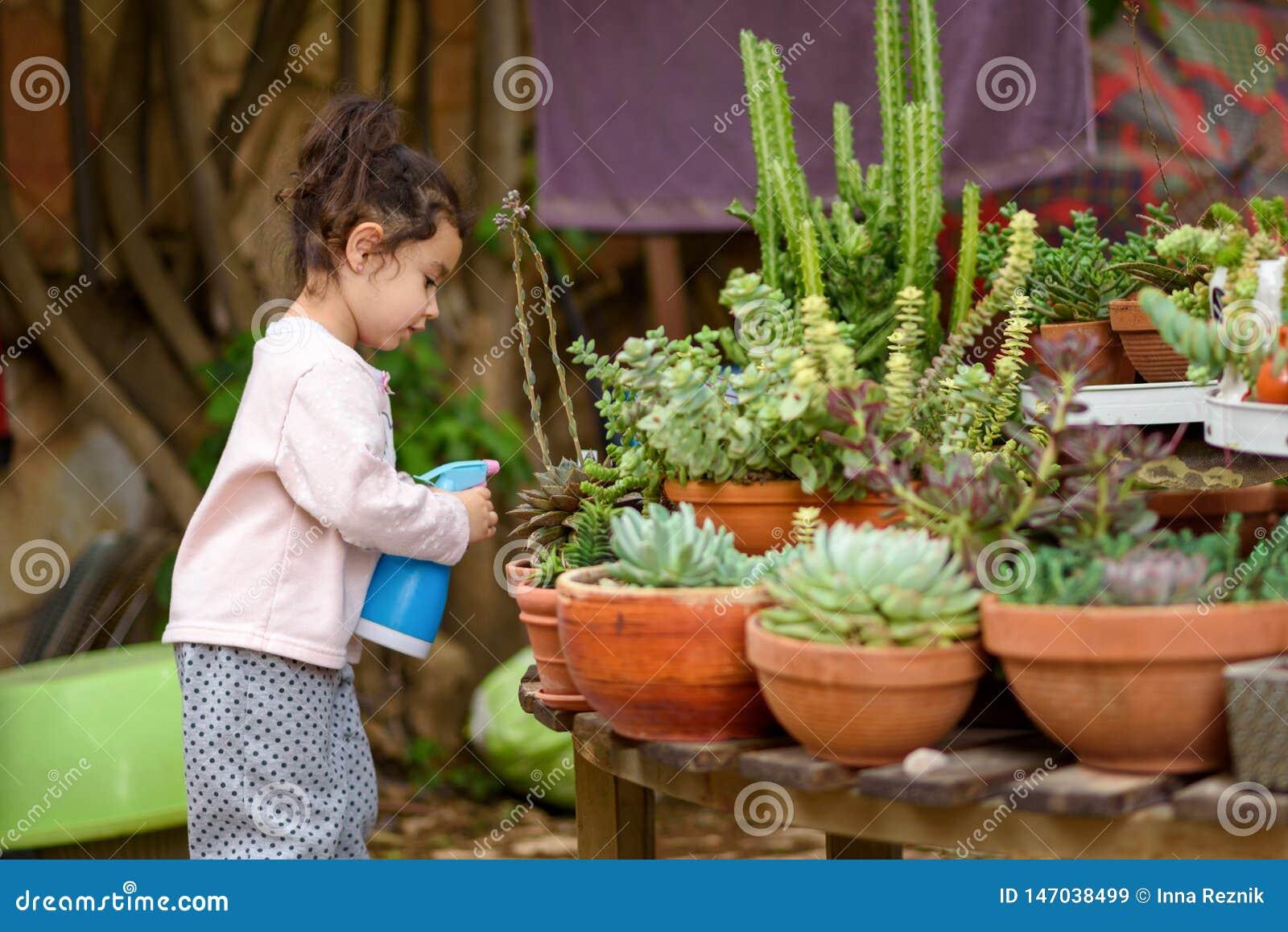 De zomerpret: Weinig Mooie Meisje het Water geven Tuin