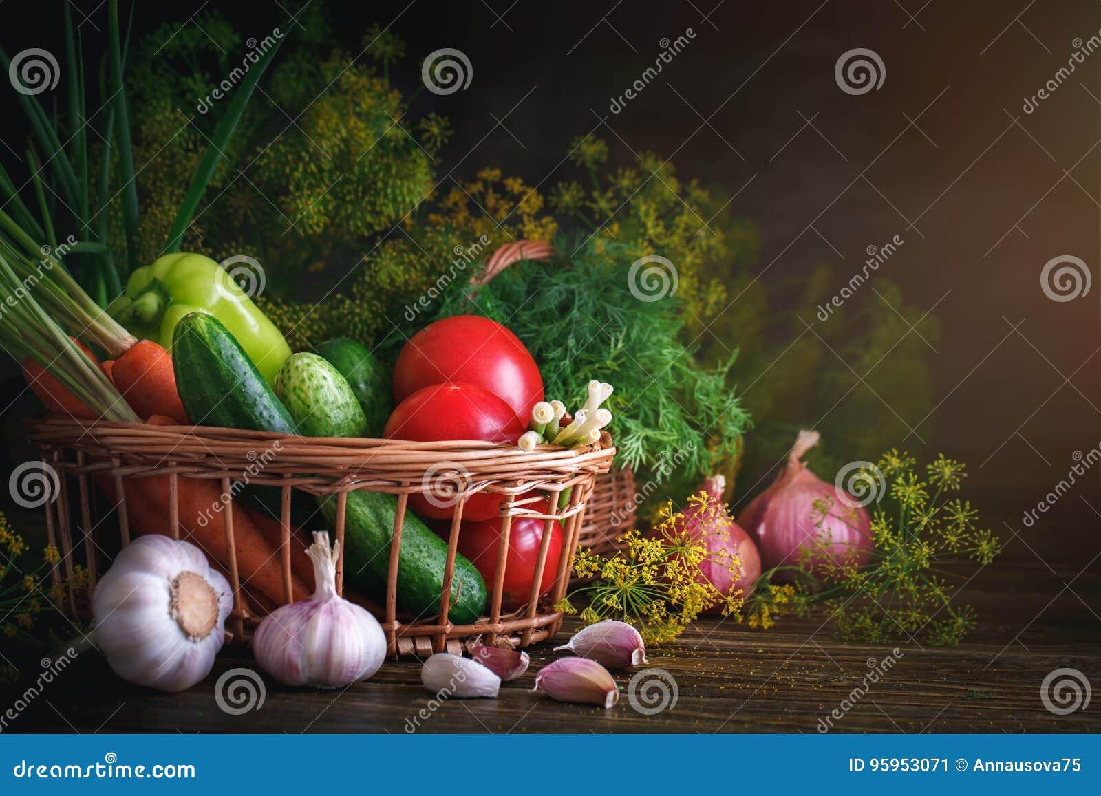 De zomerstilleven van rijpe groenten en dille