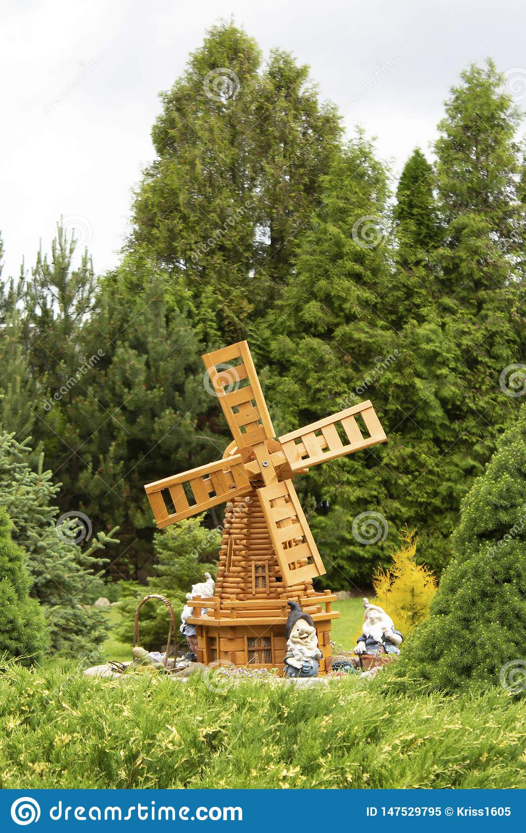 De zomertuin met een decoratieve windmolen en gnomen