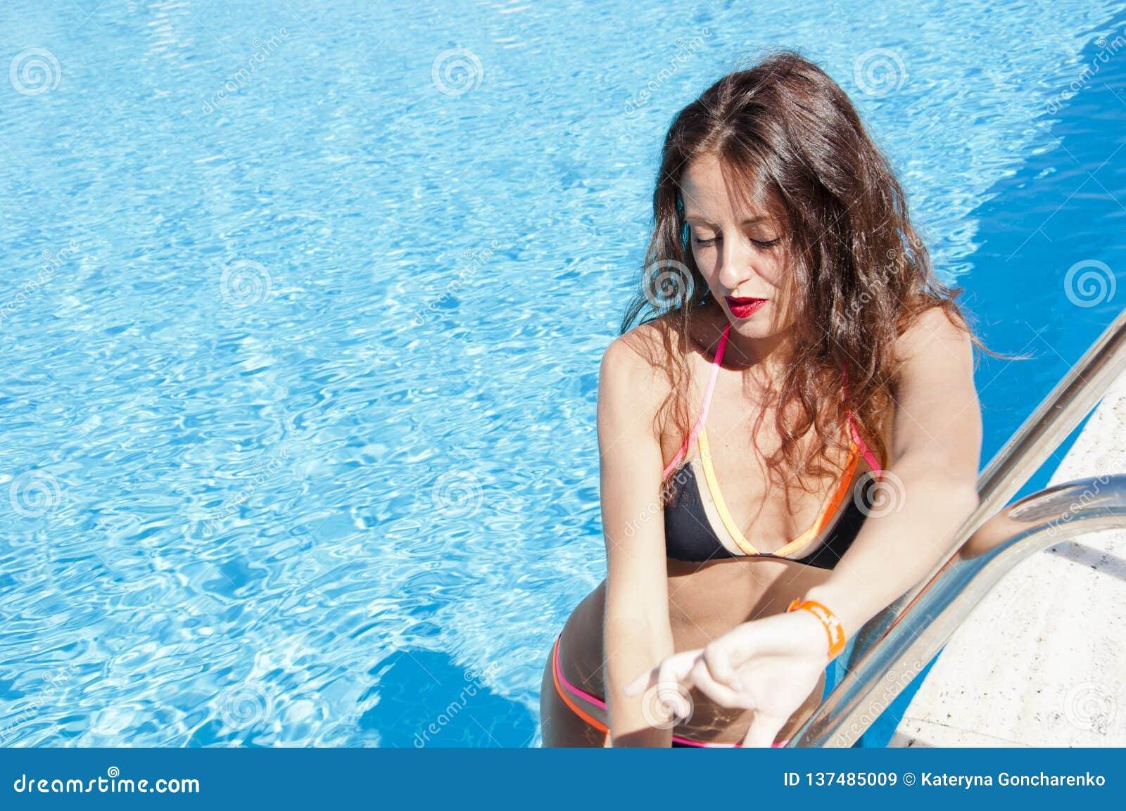 De zomervakantie en reis naar de Maldiven Het strand van Miami is zonnig swag Caraïbische overzees dope Kuuroord in pool meisje m