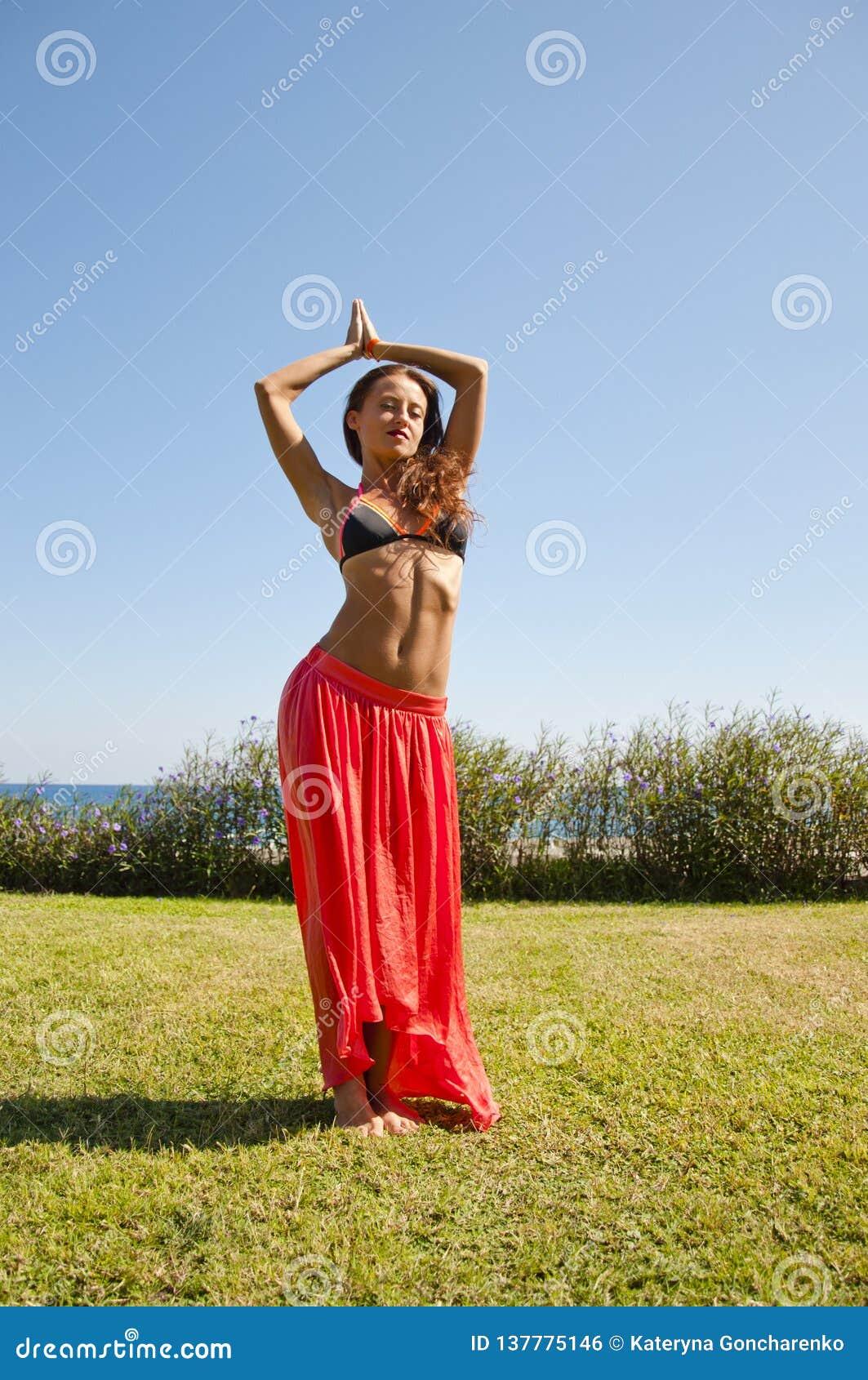 De zomervakantie en reis Perfect lichaam van buikdanser suntan Vrouw die met lichaam dansen vrouw met geschikte buik KUUROORD en