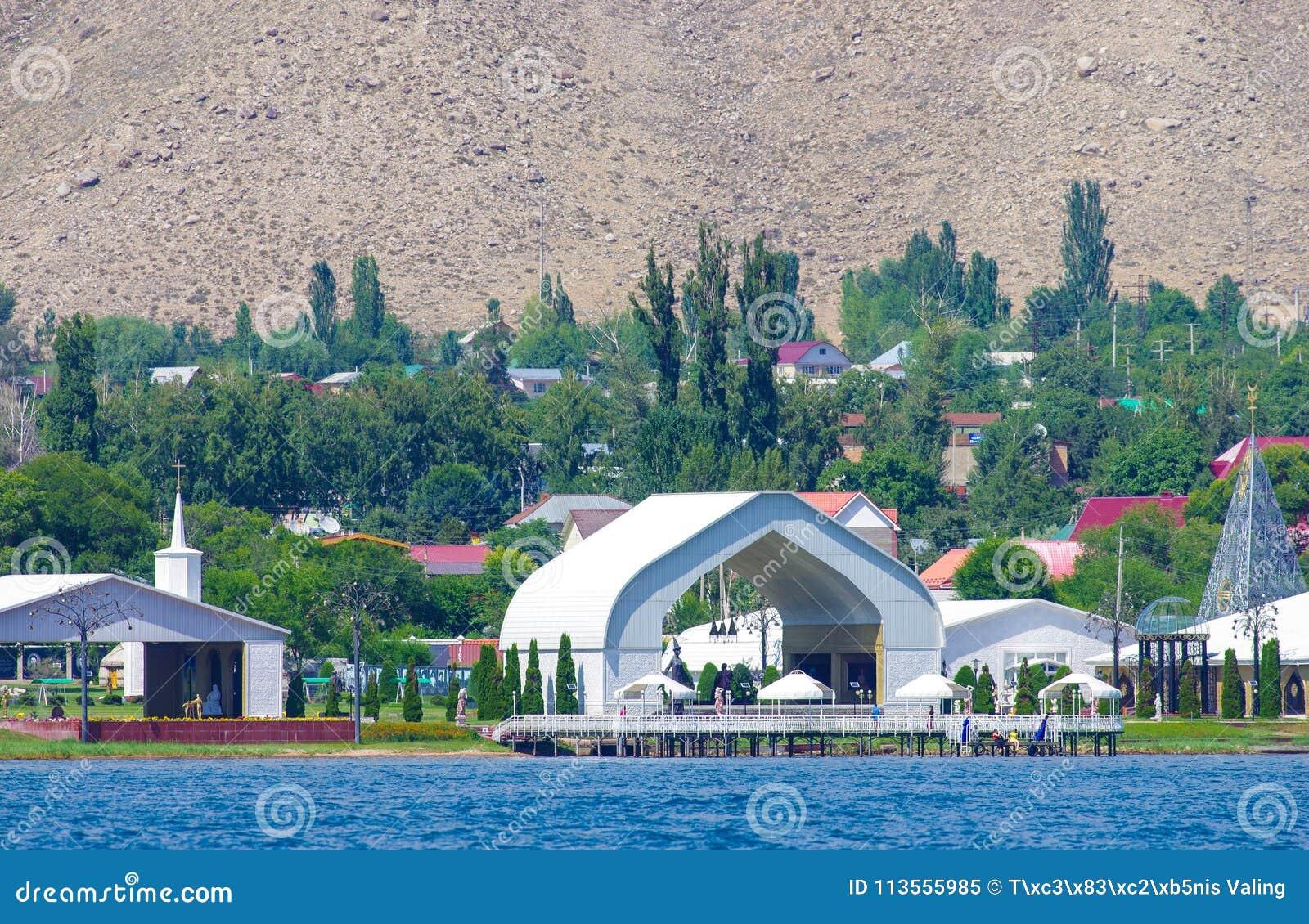 De zomervakantie in Kyrgyzstan dichtbij meer issyk-Kul