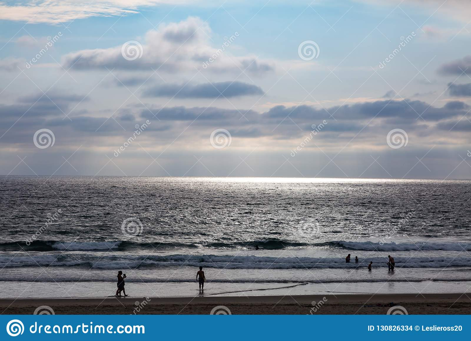 De zon straalt door een wolk uit en leidt tot oceaanschijnwerper