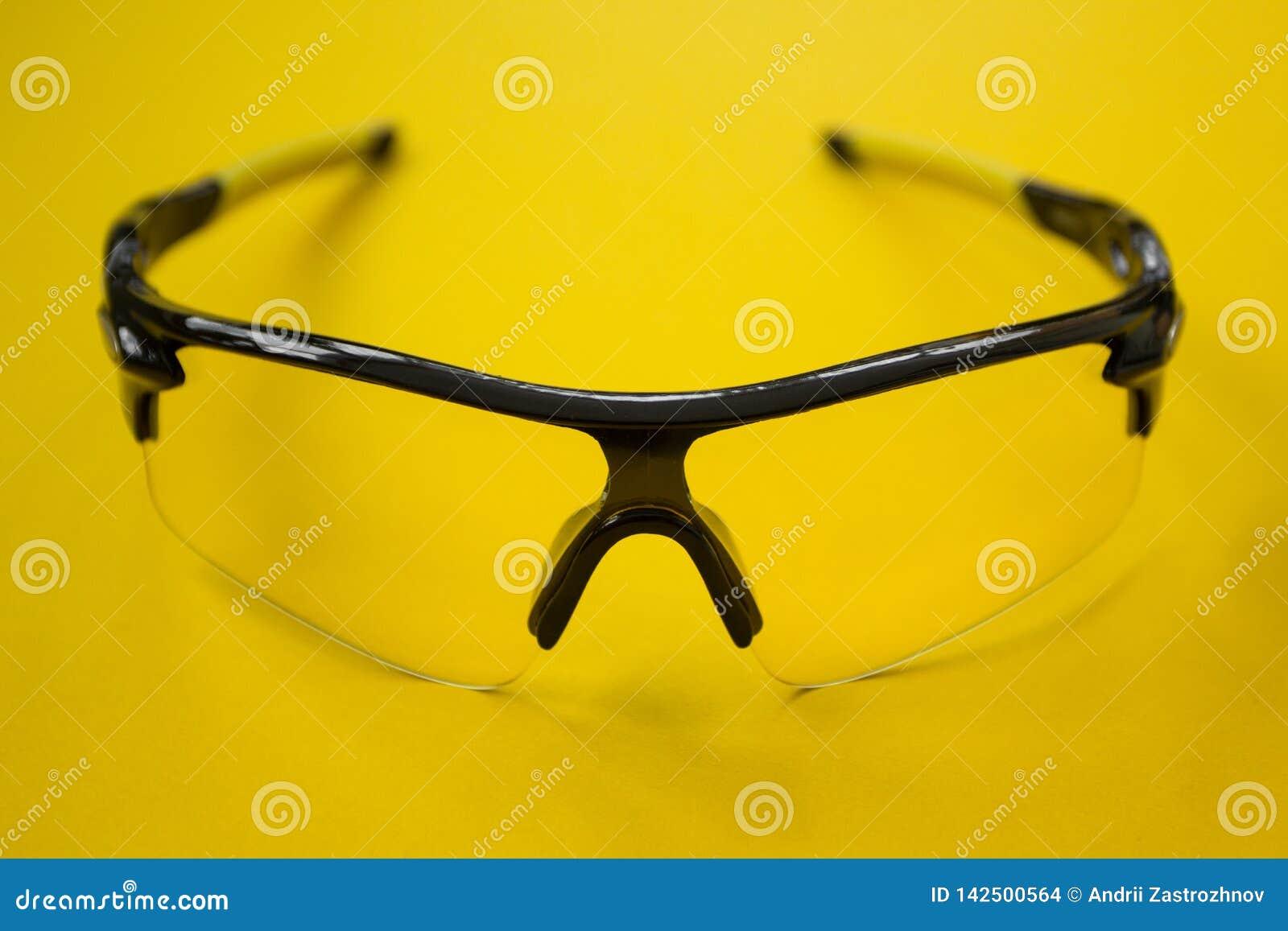 De zonnebril van de sportenfiets op een gele achtergrond