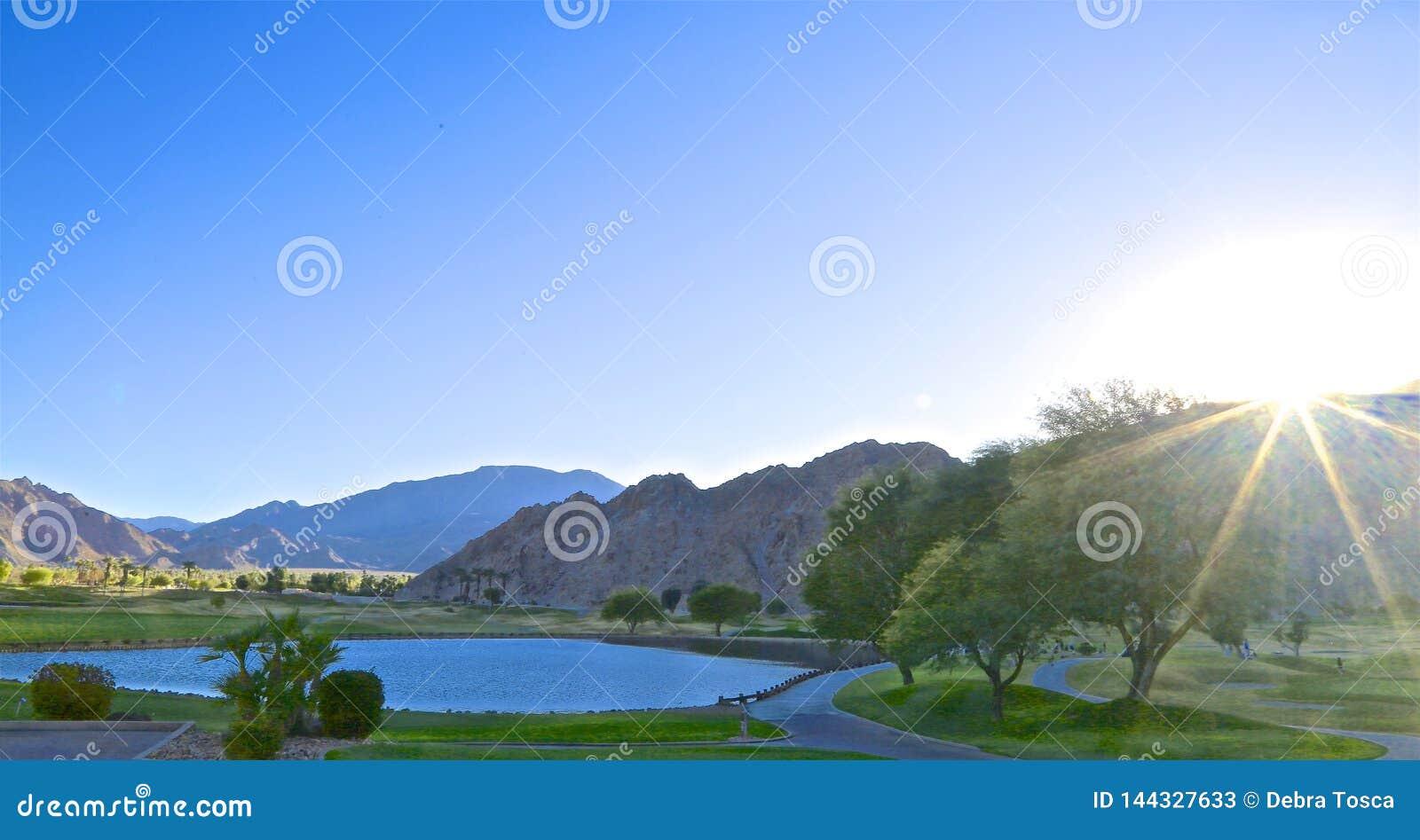 De zonnestraal van de de Palmwoestijn van de golfcursus