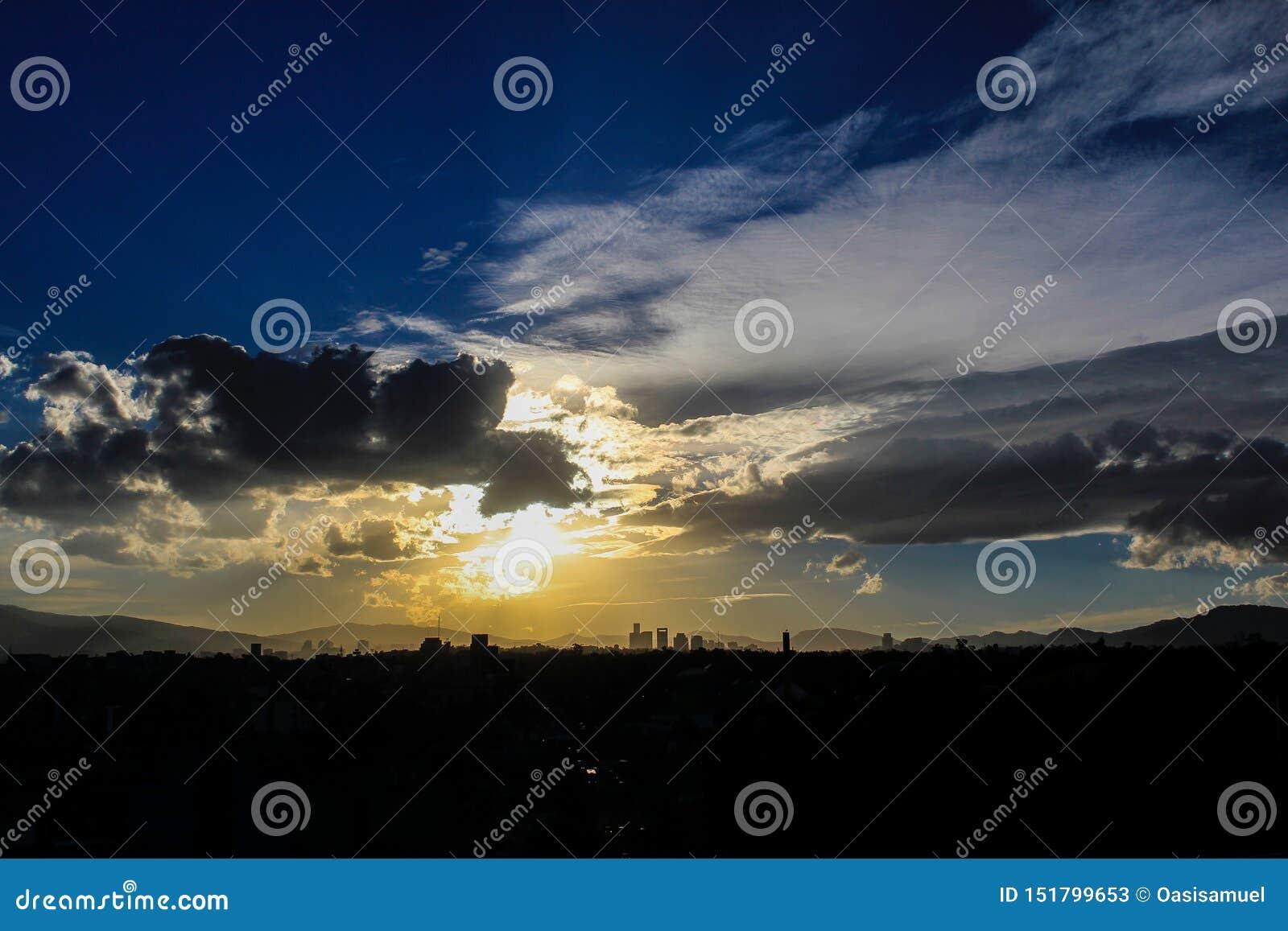 De Zonsondergang de grote hemel van de binnenstad van Mexico-City