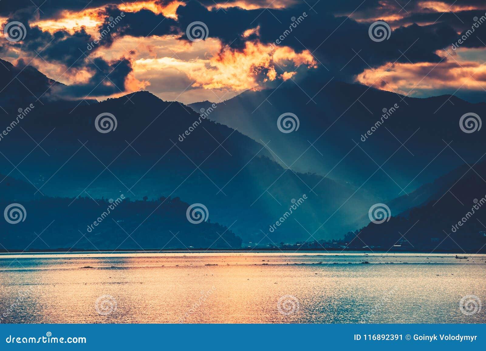 De zonsondergang over het Phewa-Meer Pokhara nepal