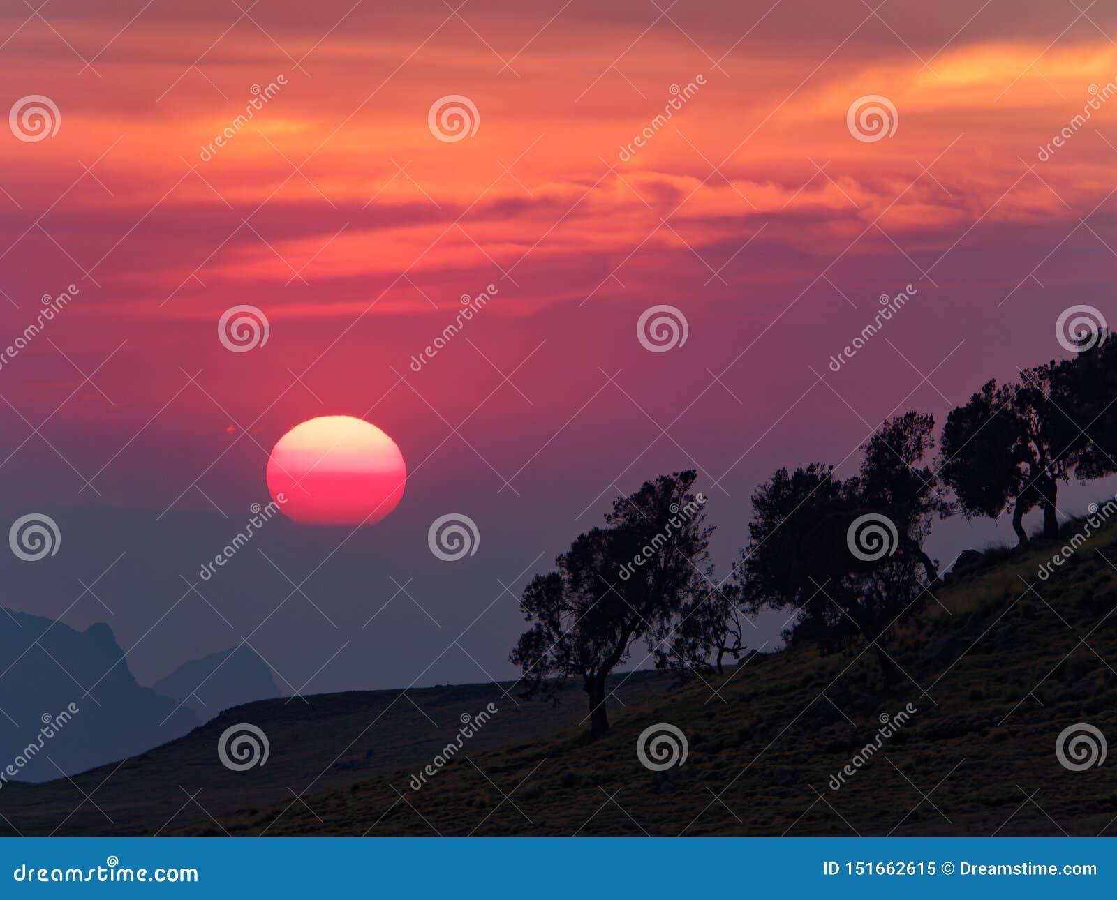 De zonsondergang in semien bergen