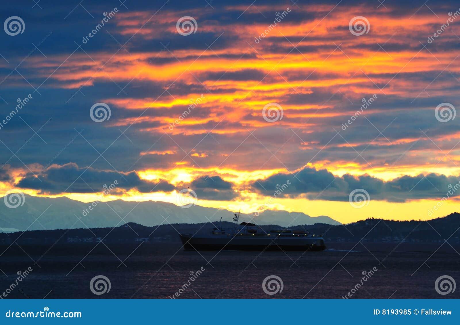 De zonsondergang van de kust