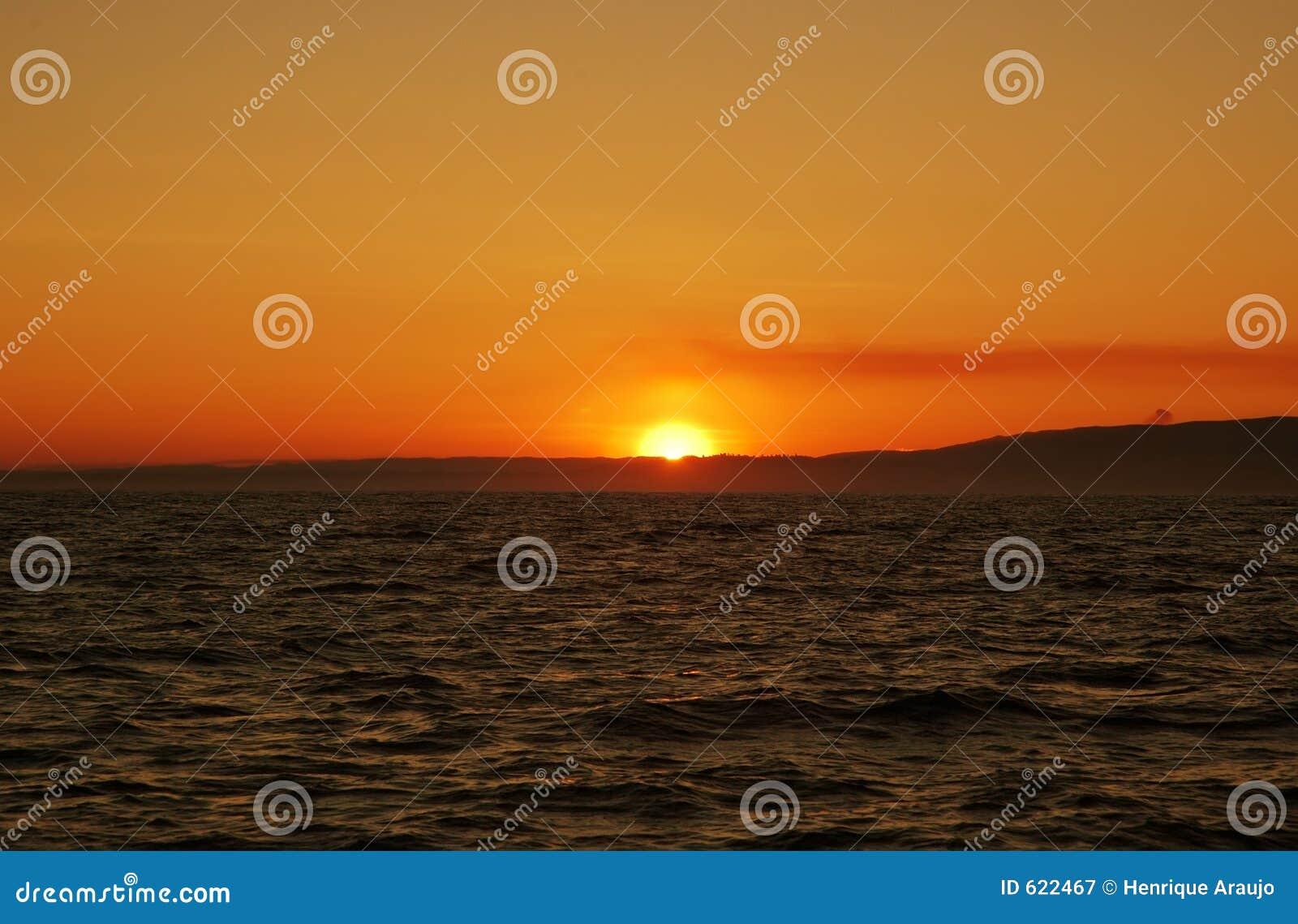 De zonsondergang van de oceaan