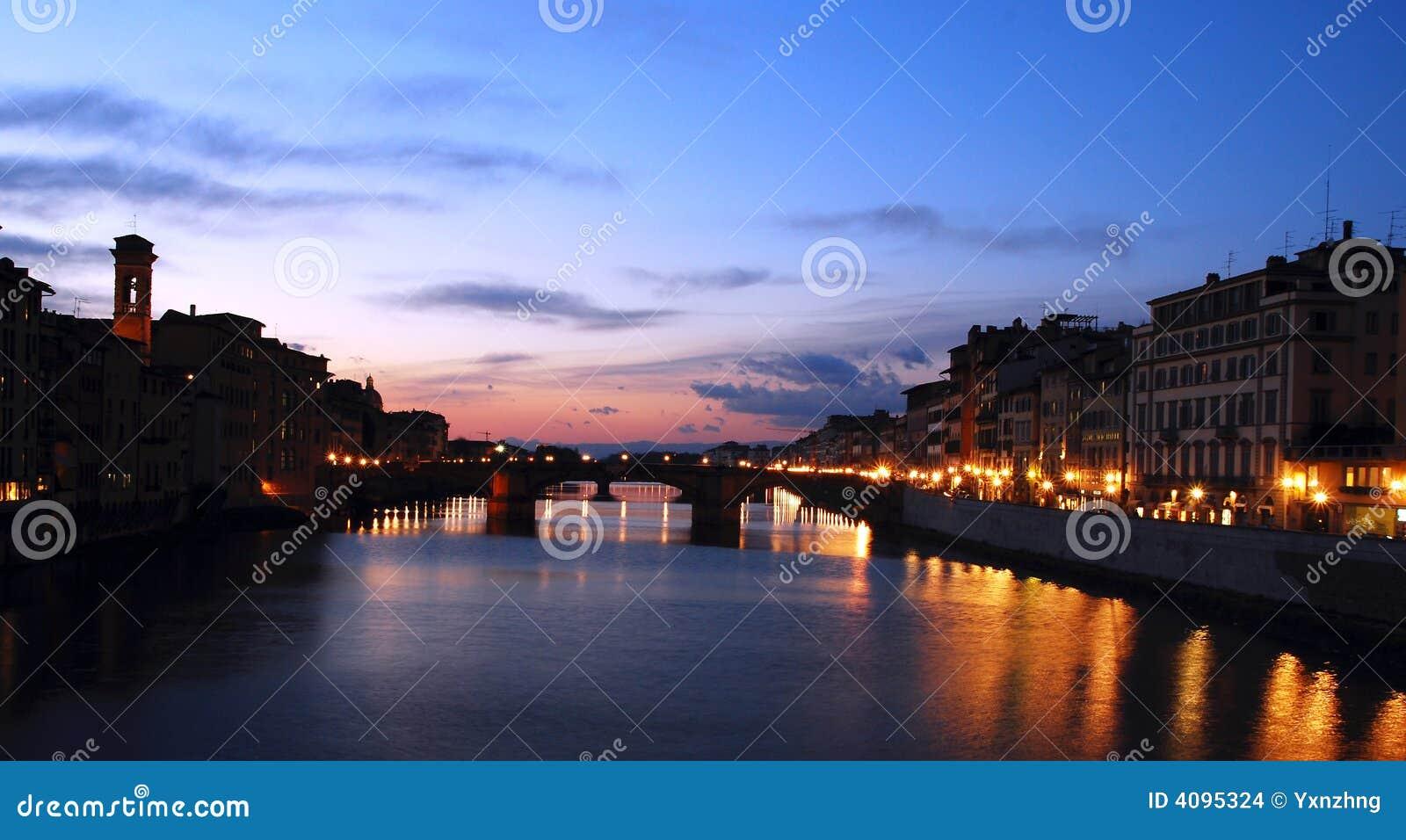 De zonsondergang van de Rivier van Arno in Florence, Italië
