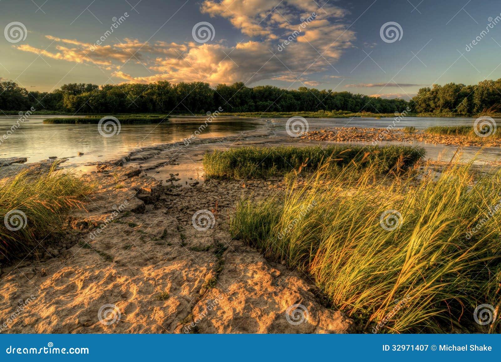 De Zonsondergang van de rivierstroomversnelling
