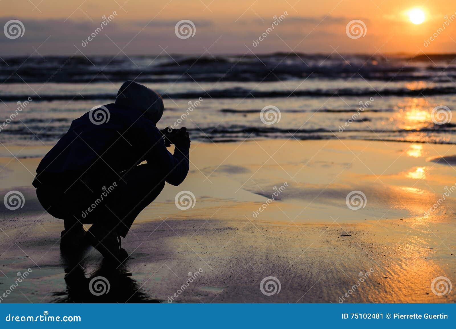 De zonsondergang van het kaapvooruitzicht met mensensilhouet die beeld nemen bij zonsondergang