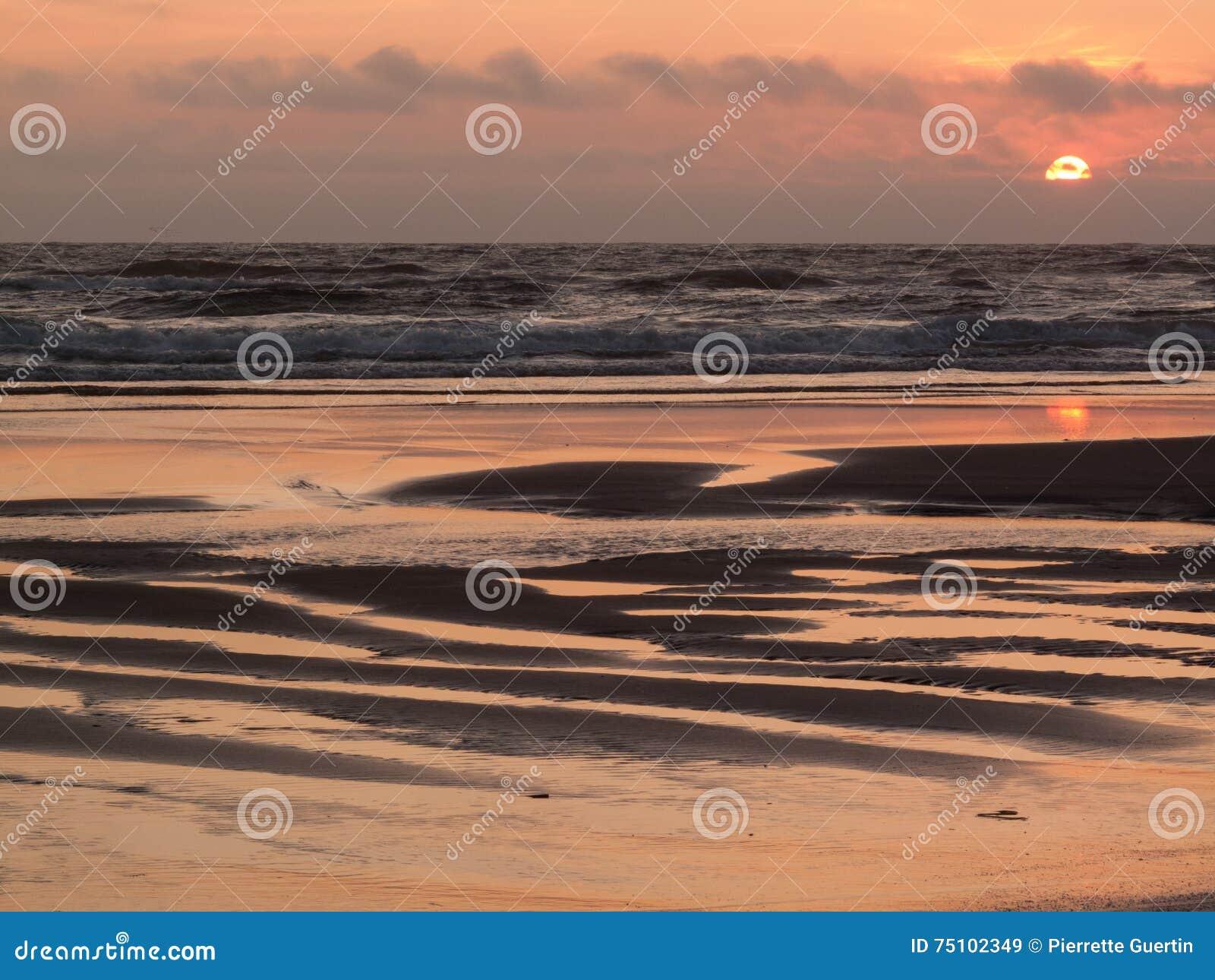 De zonsondergang van het kaapvooruitzicht van het strand