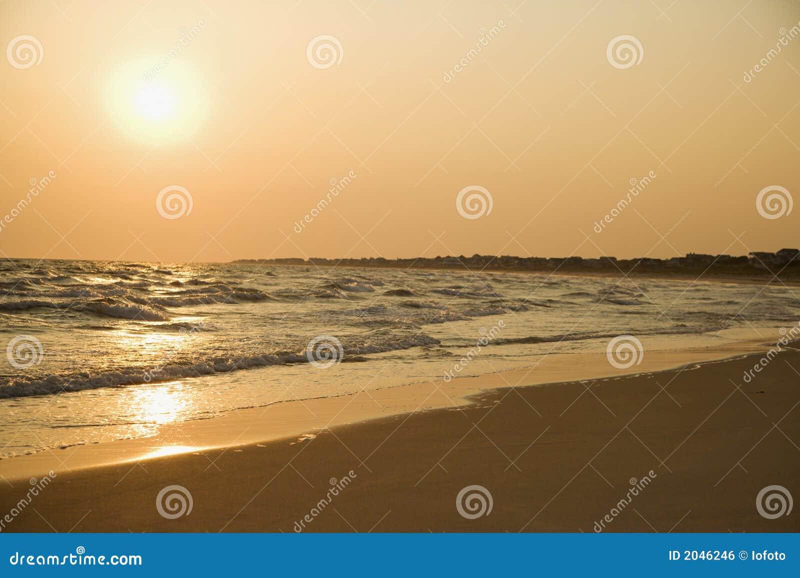De zonsondergang van het strand.