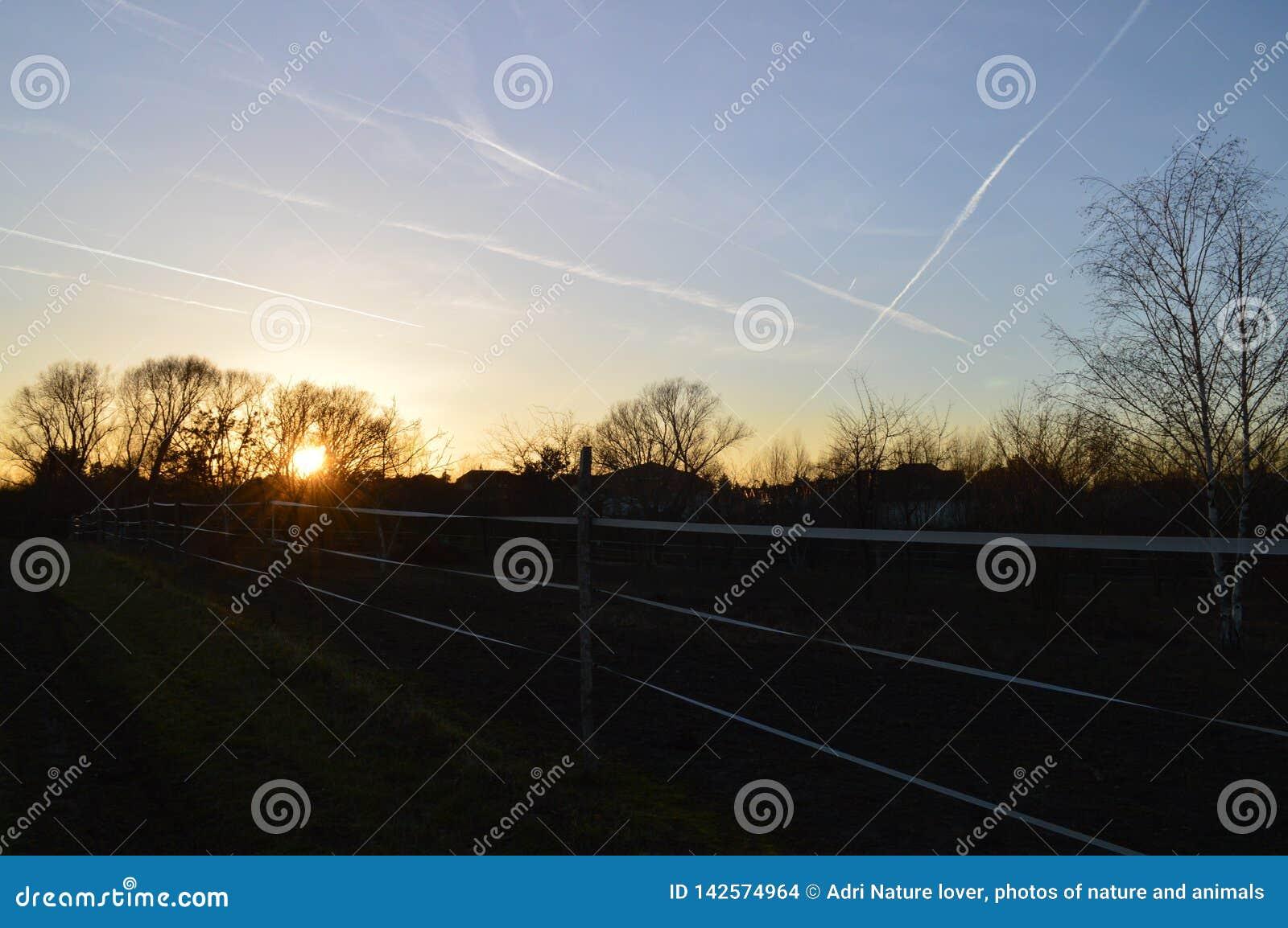 De zonsondergang van Nice boven Tsjechisch land