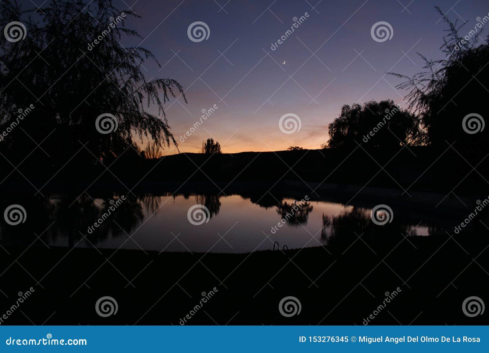 De zonsondergang van Nice in de natuurlijke lente