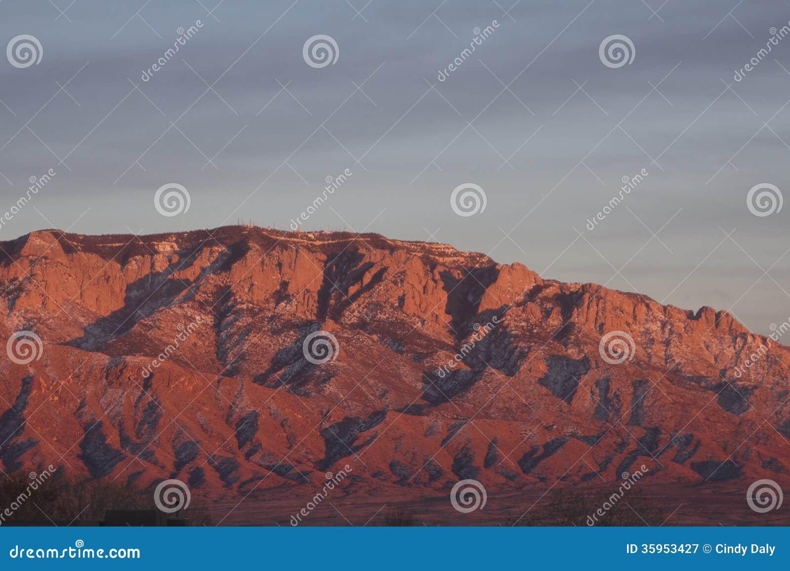 De zonsondergang van Sandiabergen