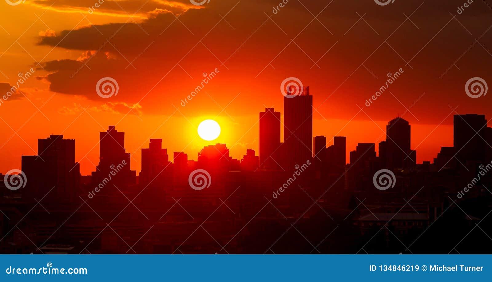 De Zonsondergang van de silhouetstad in Johannesburg Zuid-Afrika