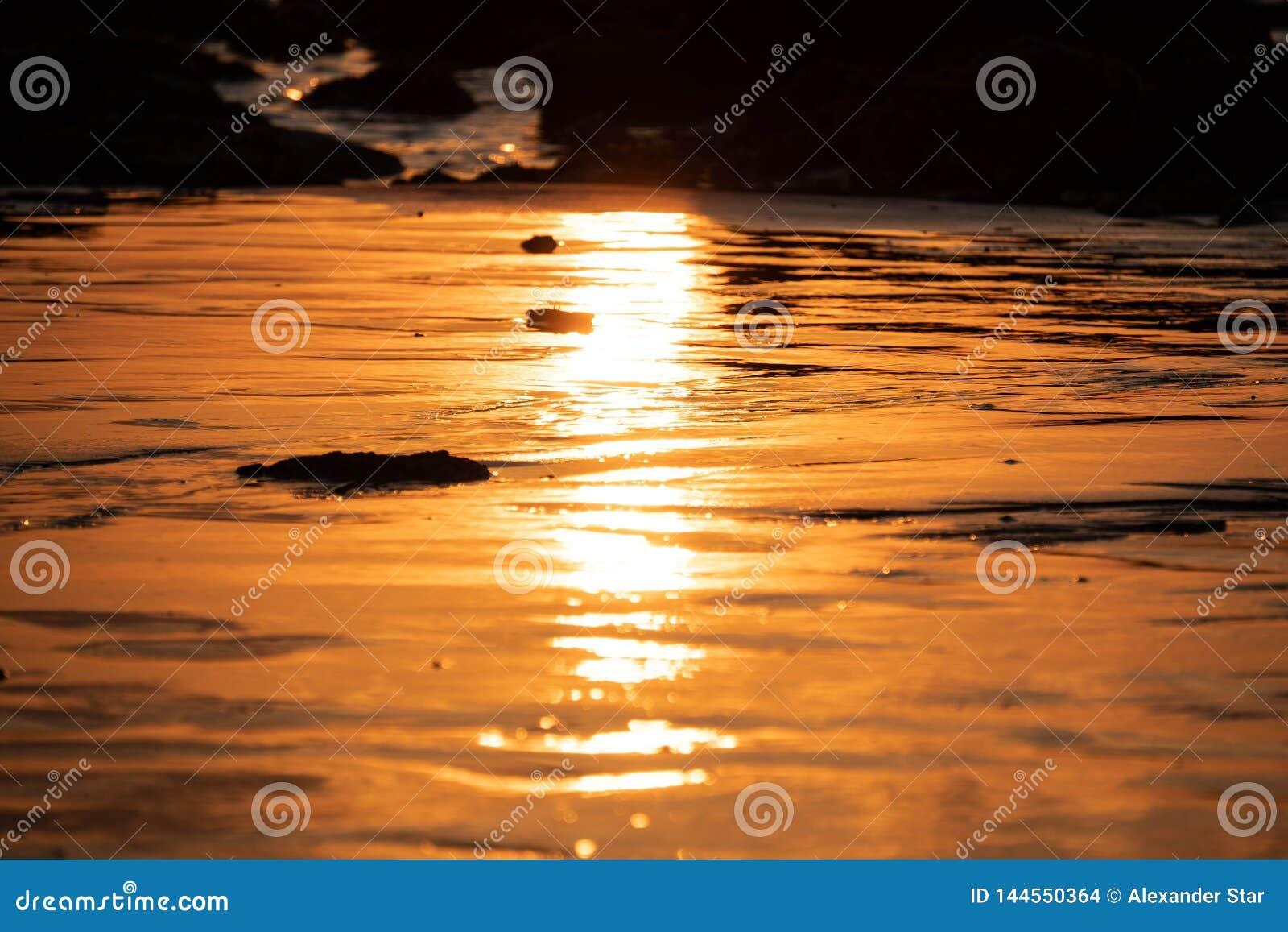 De Zonsondergangbezinning van Thailand over het strand