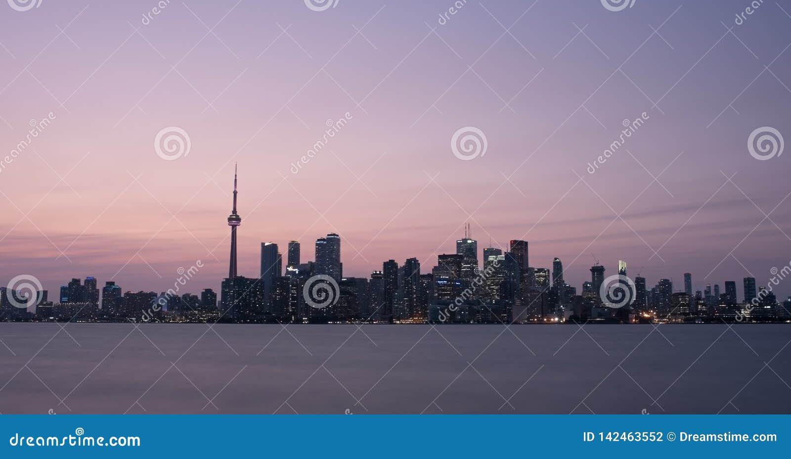 De Zonsondergangcityscape van Toronto Canada Panorama