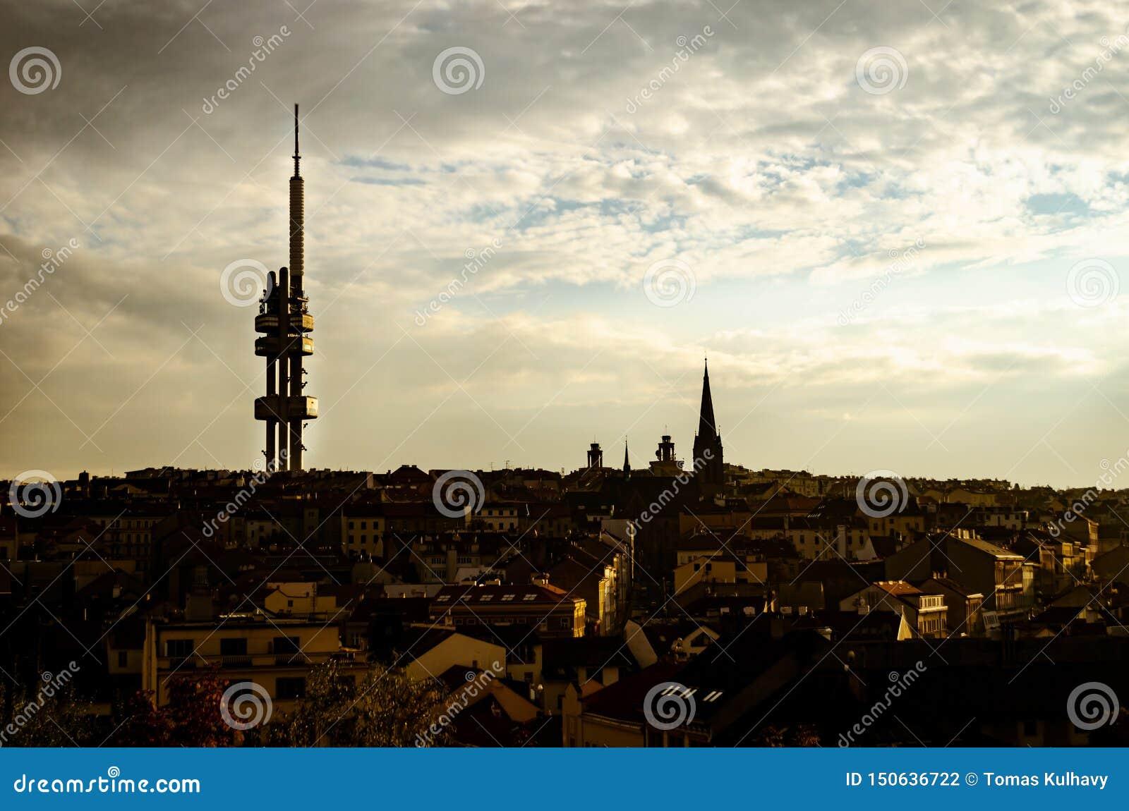 De zonsonderganglandschap van Praag