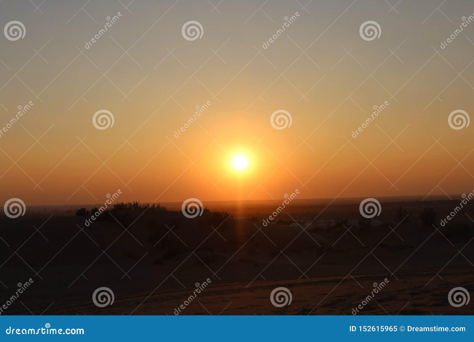 De zonsondergangzon van het woestijnzand