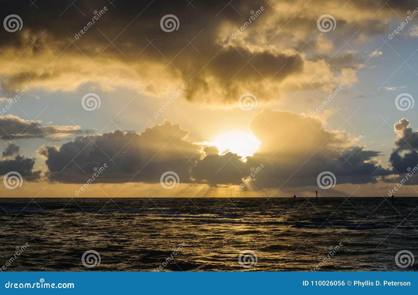 De zonsopgang in Kapa ` een Strand is een park bij de stad van Kapa ` a op Kauai, Hawaï