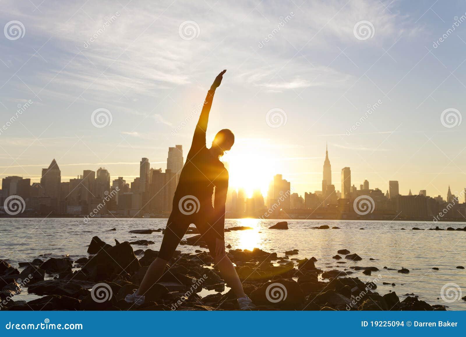 De Zonsopgang New York van de Horizon van Manhattan van de Yoga van de vrouw