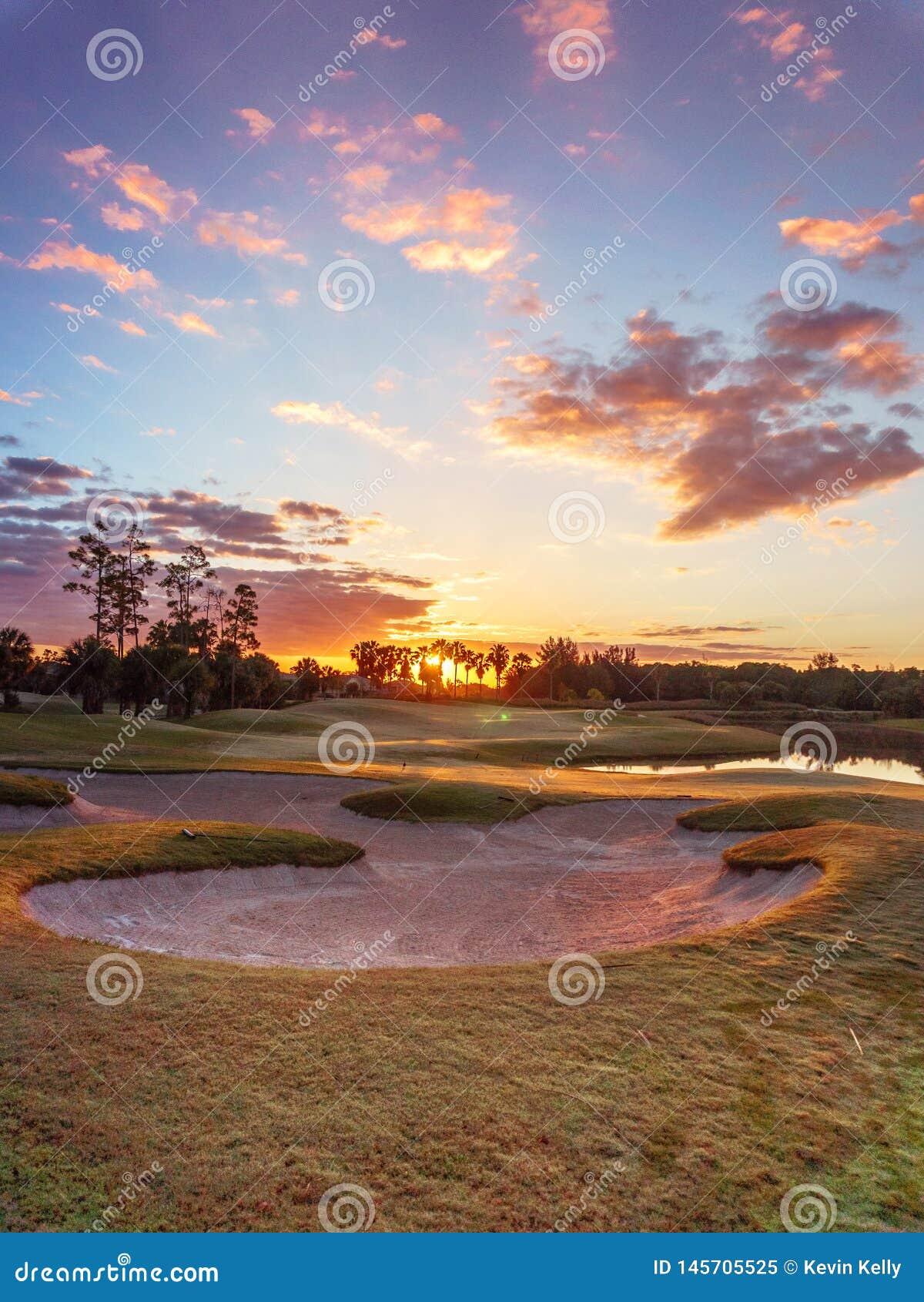 De Zonsopgang/de Zonsondergang van de golfcursus in Florida
