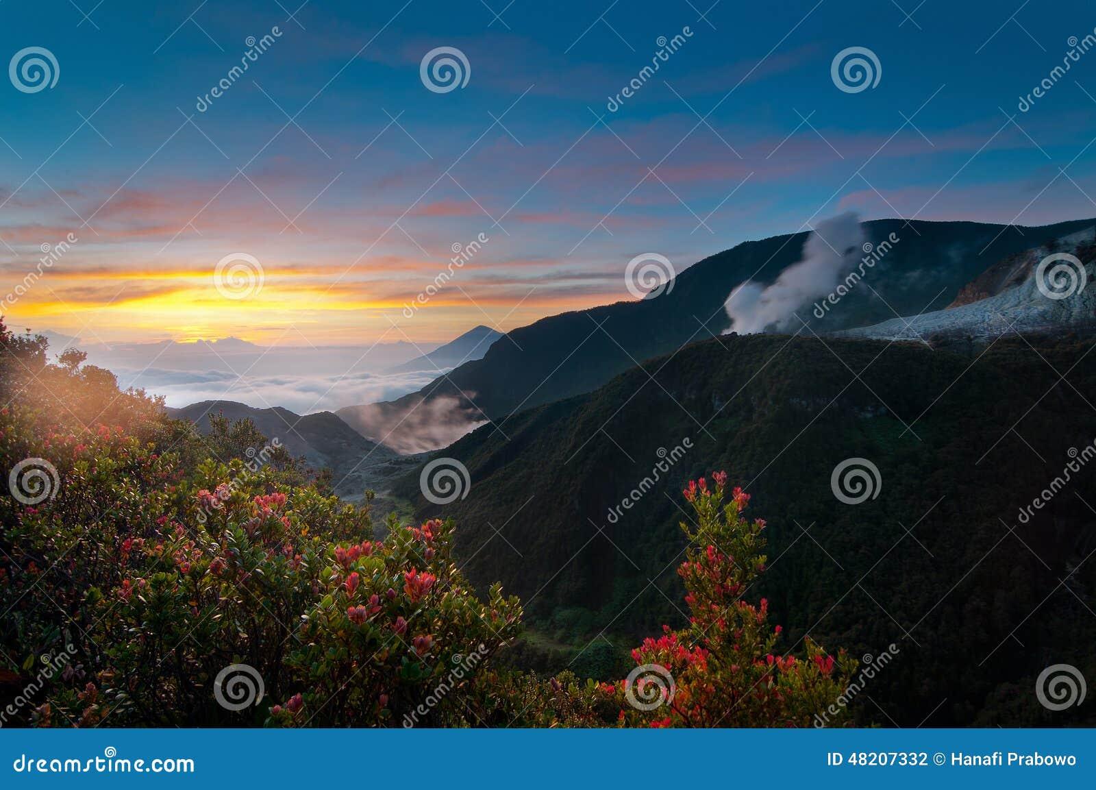 De Zonsopgangmening van bergpapandayan, het Westen Java Indonesia