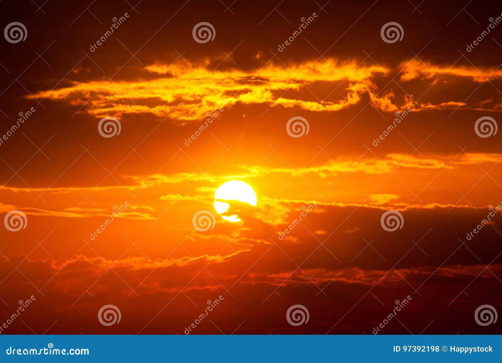 De zonstraal is daalt en verbazende dramatische oranje wolk, schemering