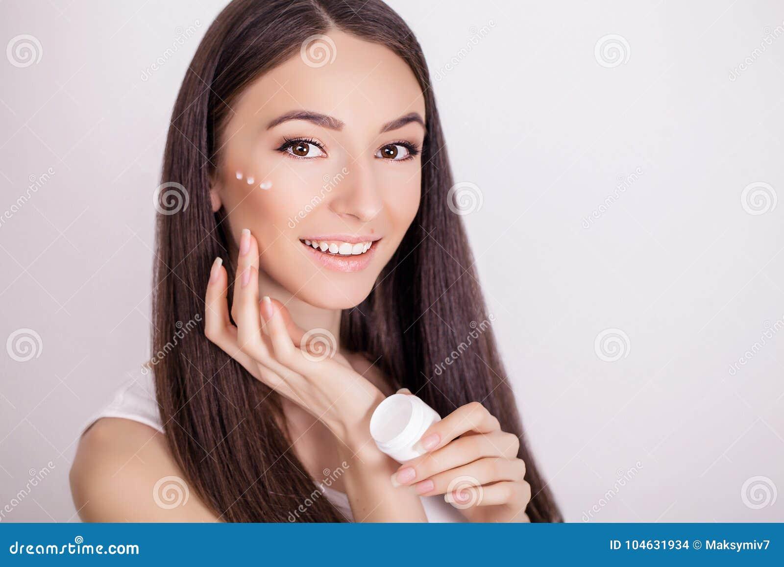 Download De Zorg Van De Conceptenhuid Een Jonge Gezonde Vrouw Met Kosmetische Room Stock Foto - Afbeelding bestaande uit wang, cleaning: 104631934