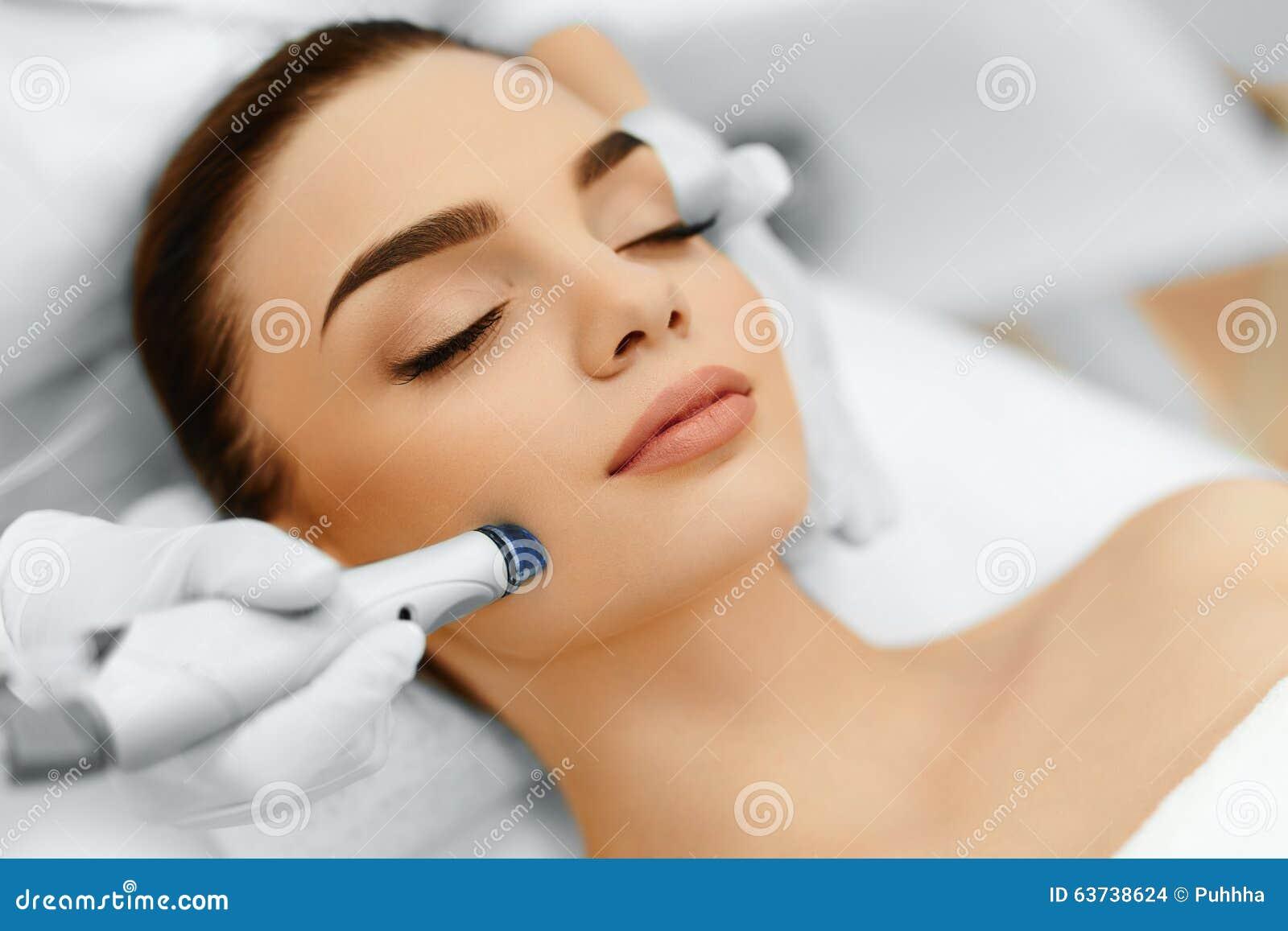 De zorg van de gezichtshuid Gezichts Hydromicrodermabrasion-Schilbehandeling