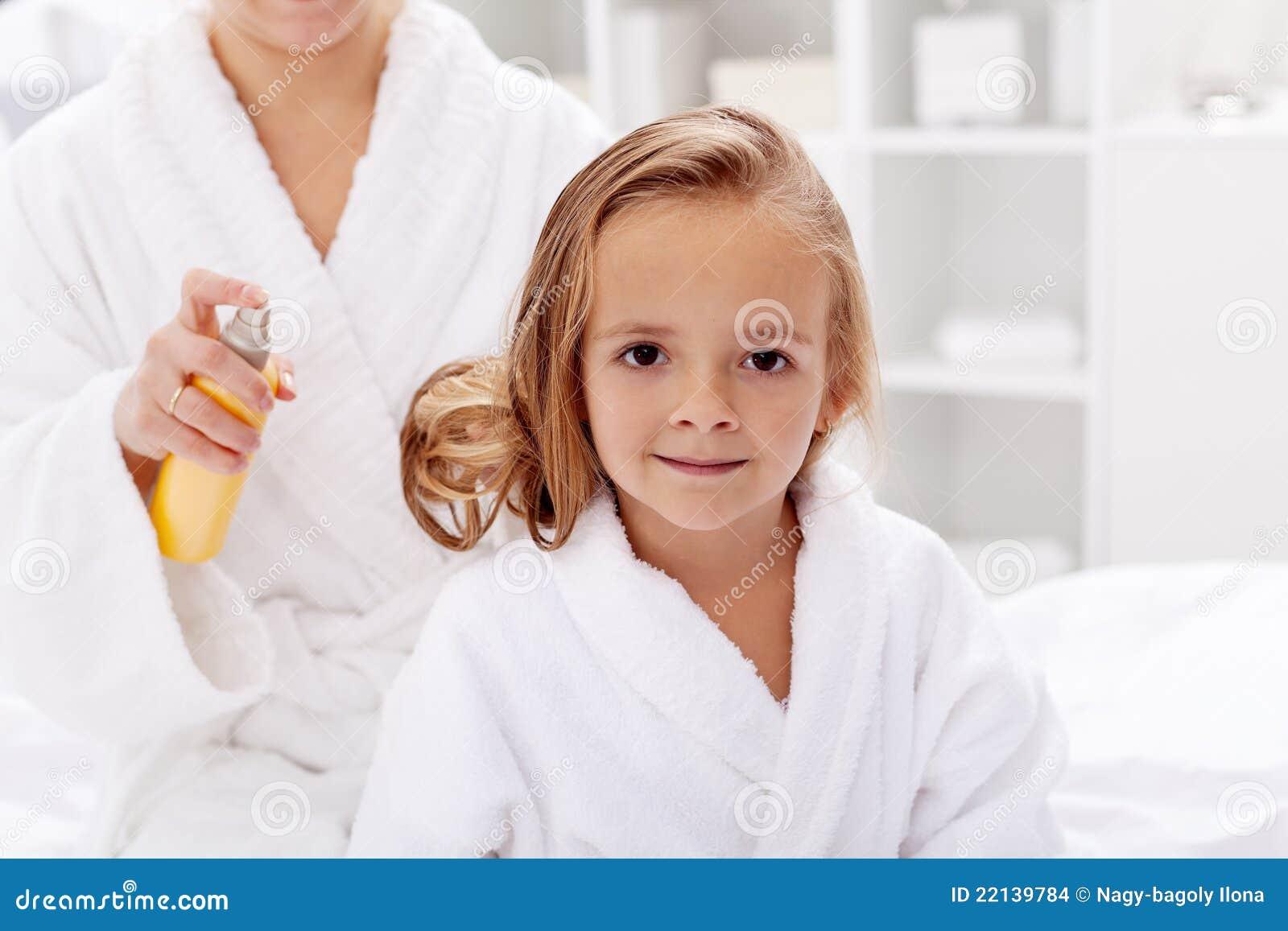 De zorg van het haar na bad stock foto afbeelding 22139784 for Foto in het bad