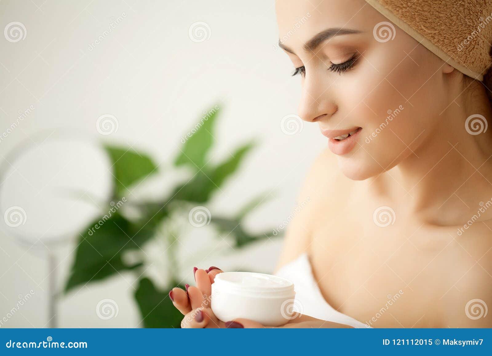 De zorg van de huid Studio van het mooie jonge vrouw van toepassing zijn wordt geschoten moistur die