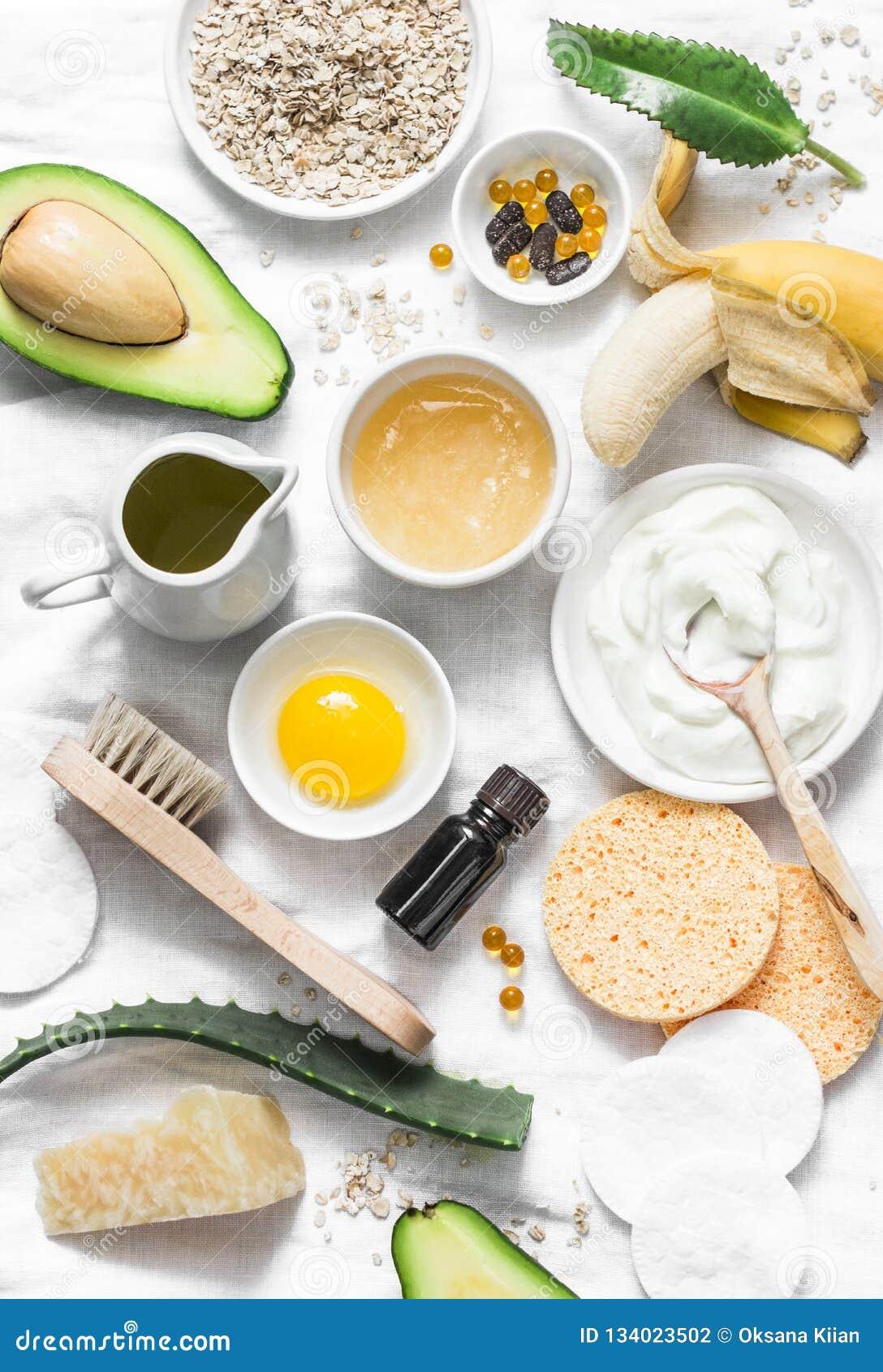 De Zorg van de de winterhuid Eigengemaakte natuurlijke ingrediënten voor een voedend gezichtsmasker op een lichte achtergrond, ho