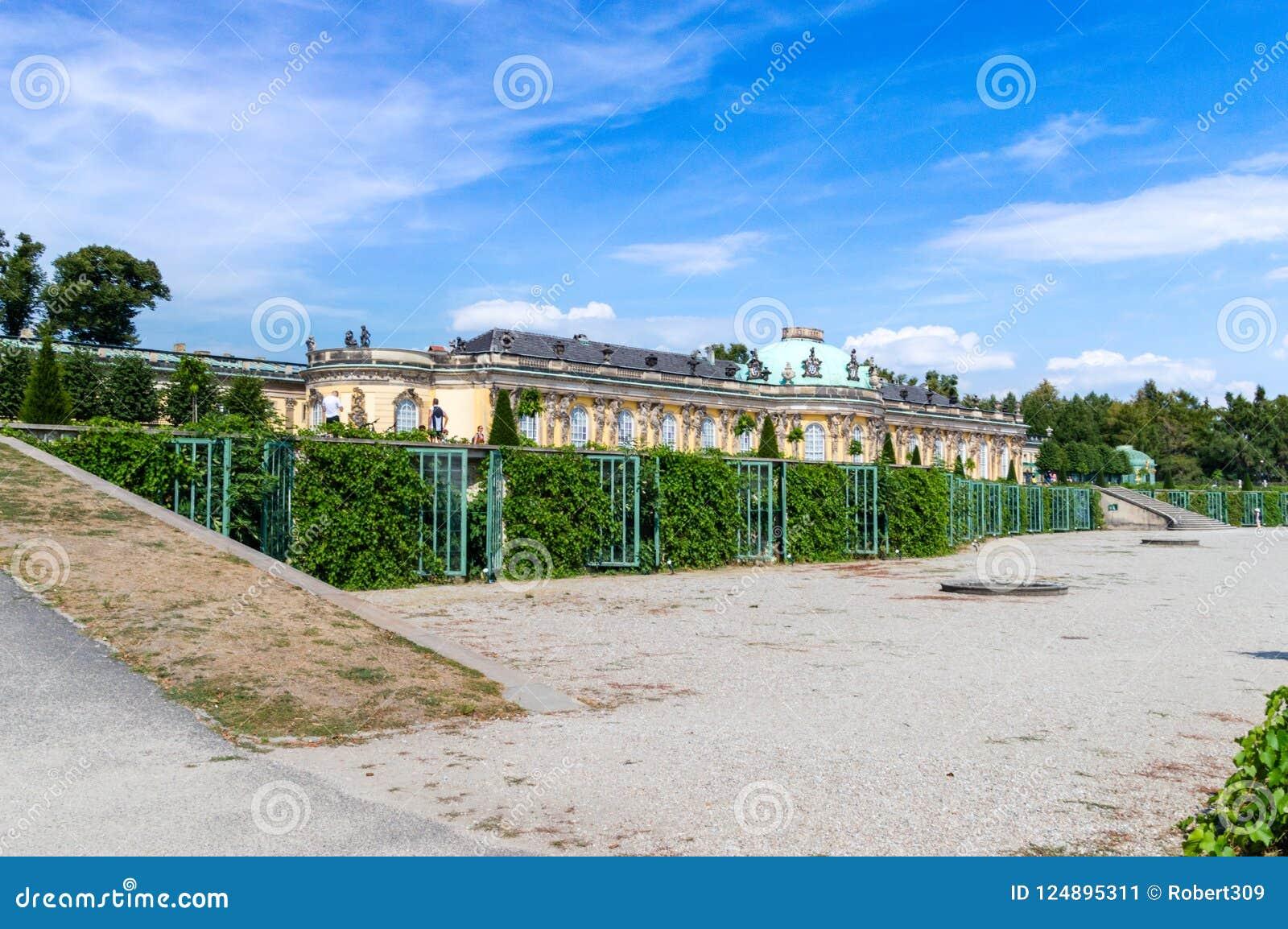 De Zuiden of Tuinvoorgevel en korpsen DE logis van Sanssouci