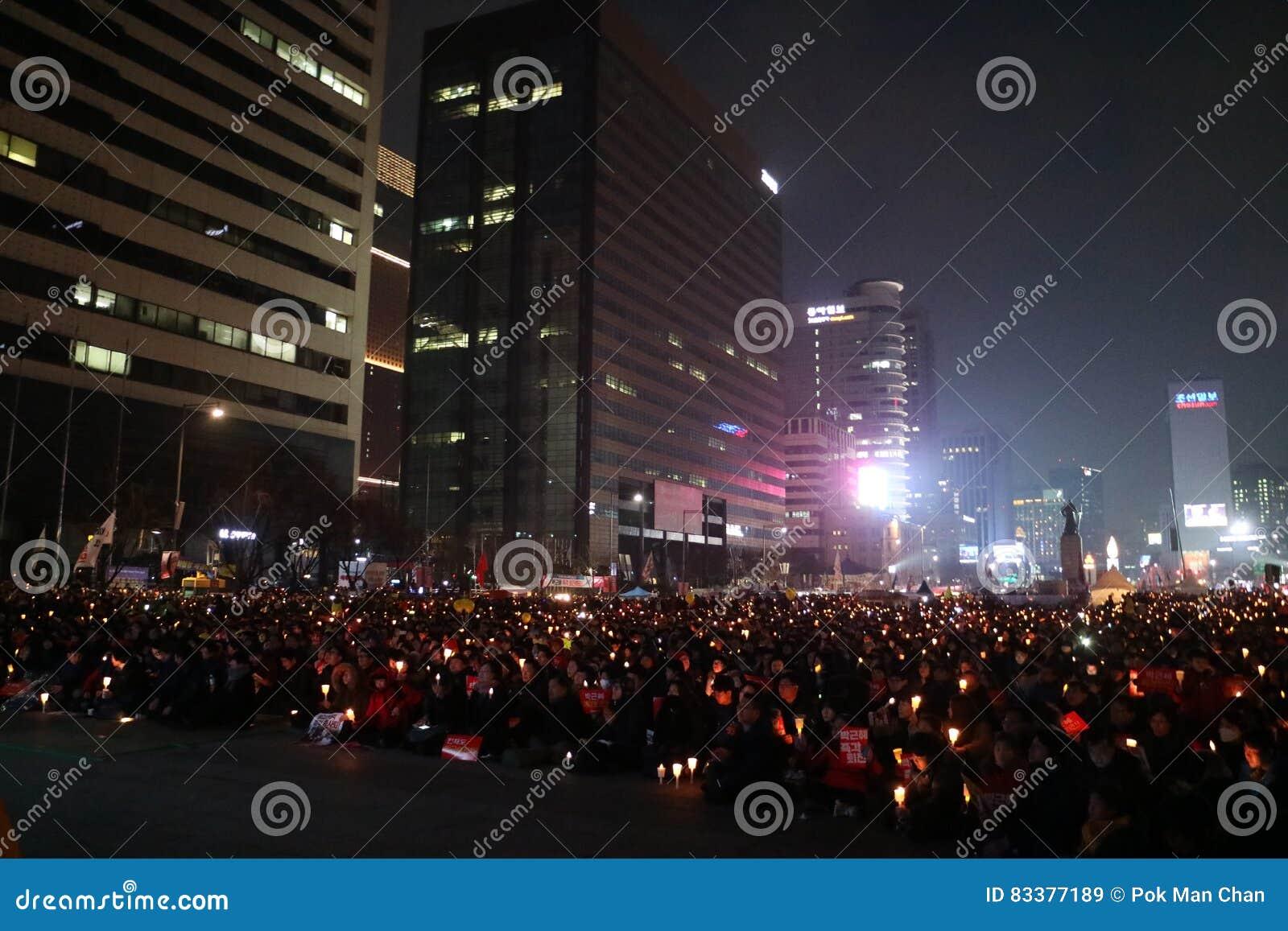 De Zuidkoreaanse protesteerders steunen kaarsen tijdens een verzameling die Zuidkoreaanse President Park Geun-hye verzoeken aan s