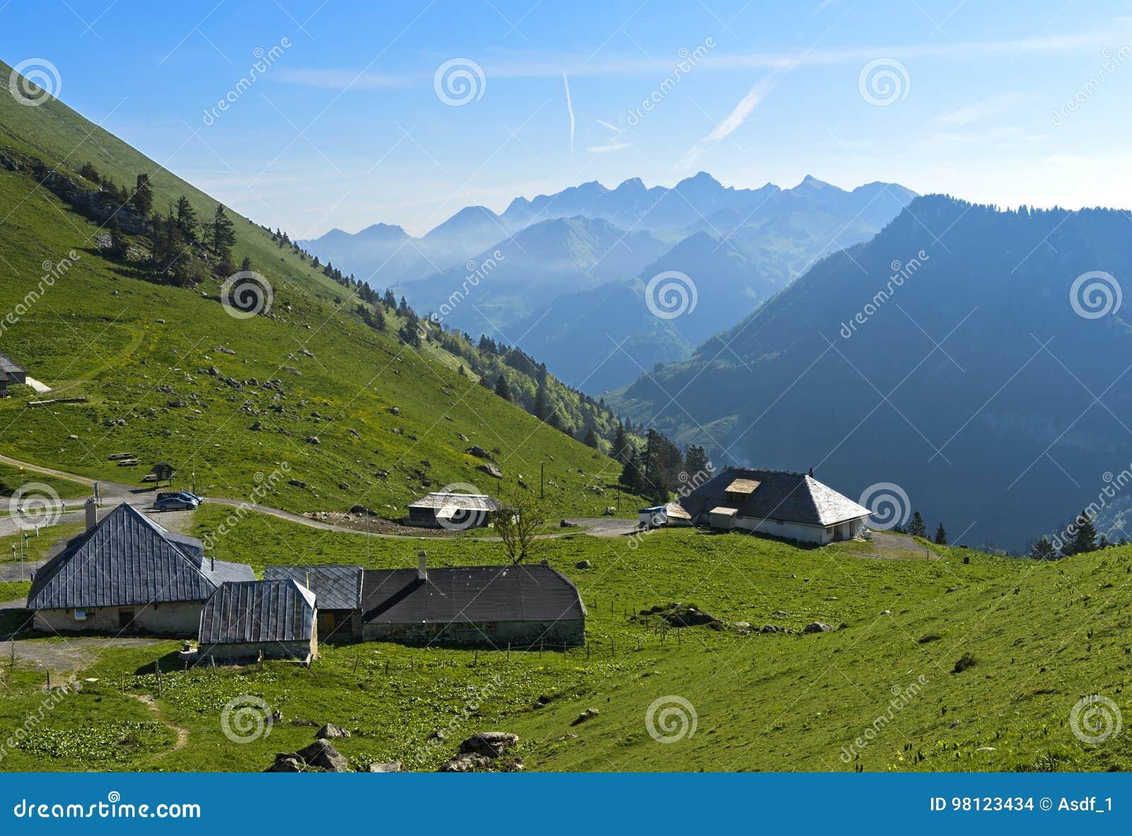 De zuivelfabriek van het bergweiland op de pas Col. de Jaman