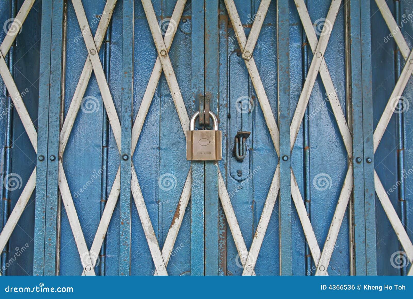 De zwaar veilige en gesloten ingang van de winkel van het ijzer royalty vrije stock afbeelding for Decor ingang