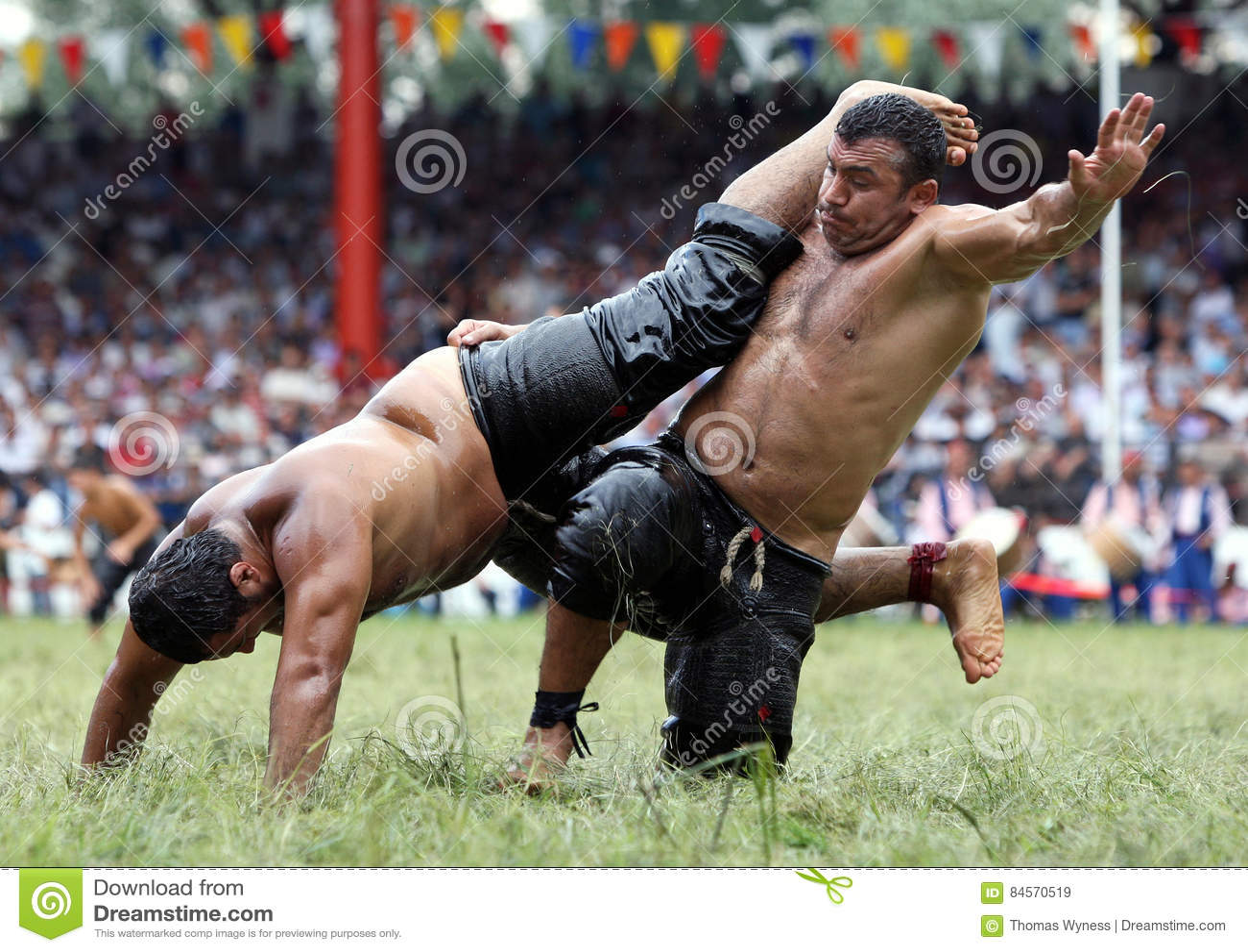 De zwaargewicht worstelaars concurreren bij het de Olie van Kirkpinar Turkse het Worstelen Festival, Turkije