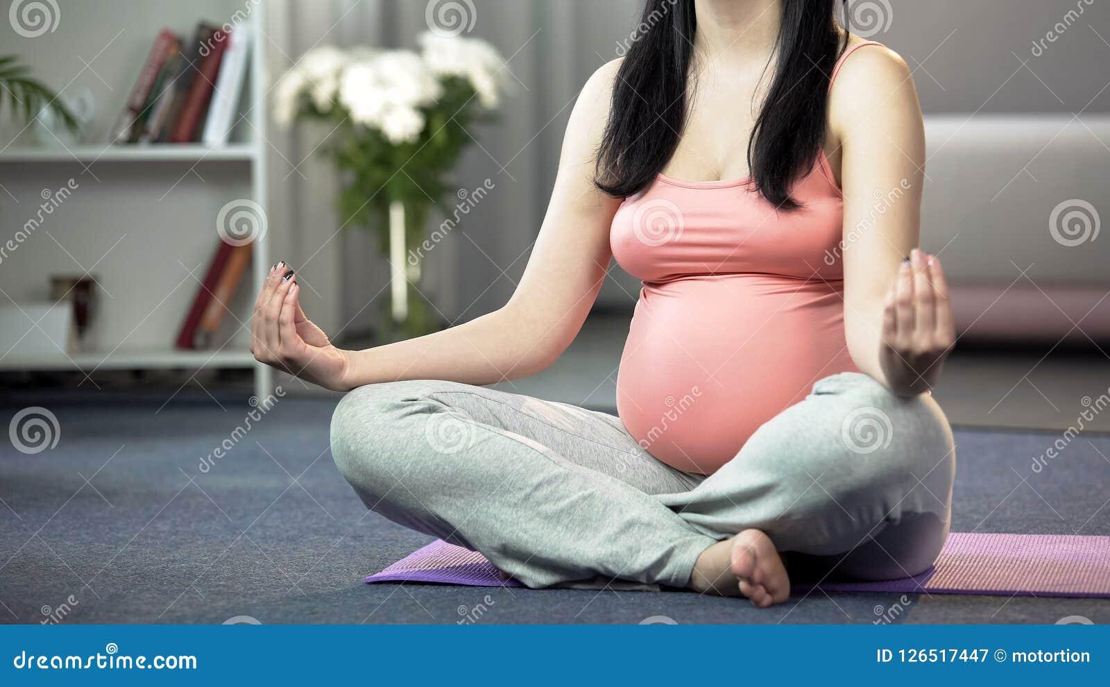 De zwangere doende lotusbloem stelt yoga voor toekomst mum gevend om geestelijke gezondheid van baby