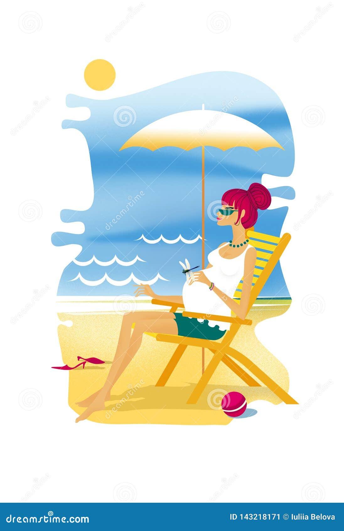 De zwangere Jonge vrouw zit in een deckchair op de overzeese kust met paraplu van de zon Libel op de hand