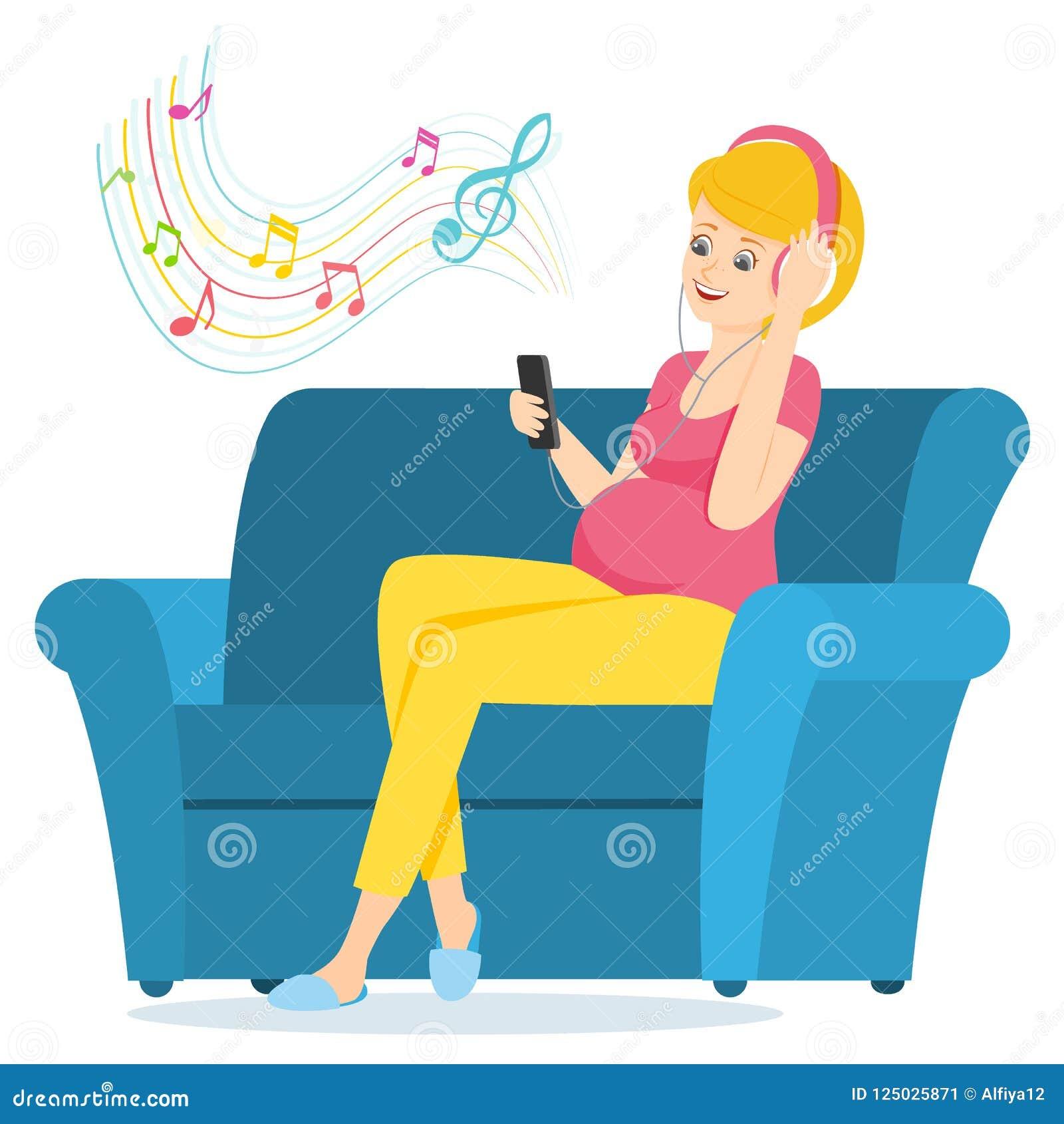 De zwangere vrouw zit op een bank en luistert aan muziek