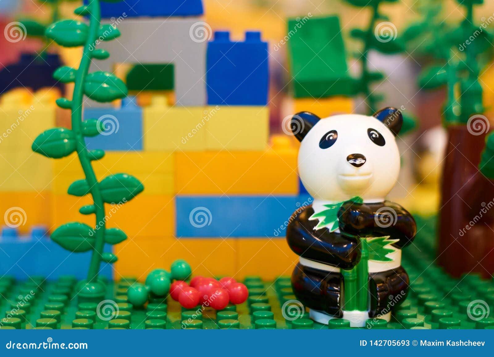 De zwart-witte panda zit alleen tegen de achtergrond van kubussen van de ontwerper