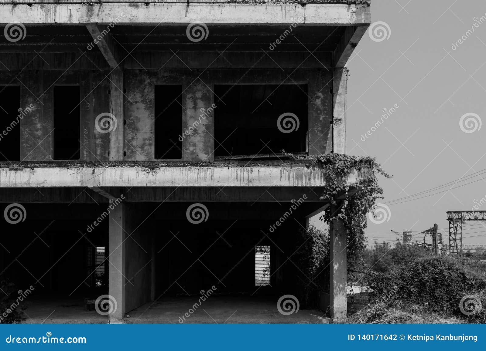 De zwart-witte verlaten bouw